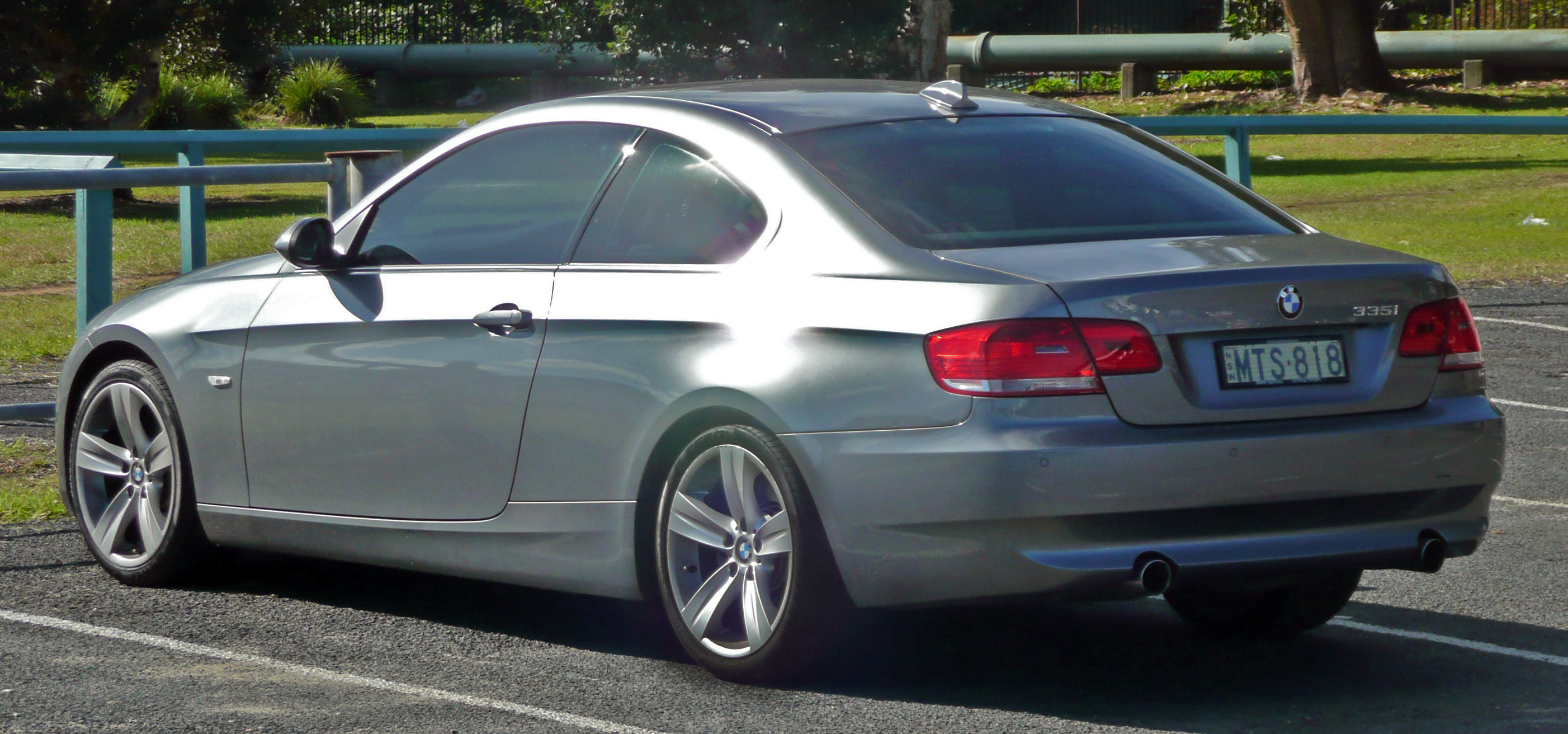 File:2006-2010 BMW 335i (E92) coupe 01.jpg - Wikimedia Commons