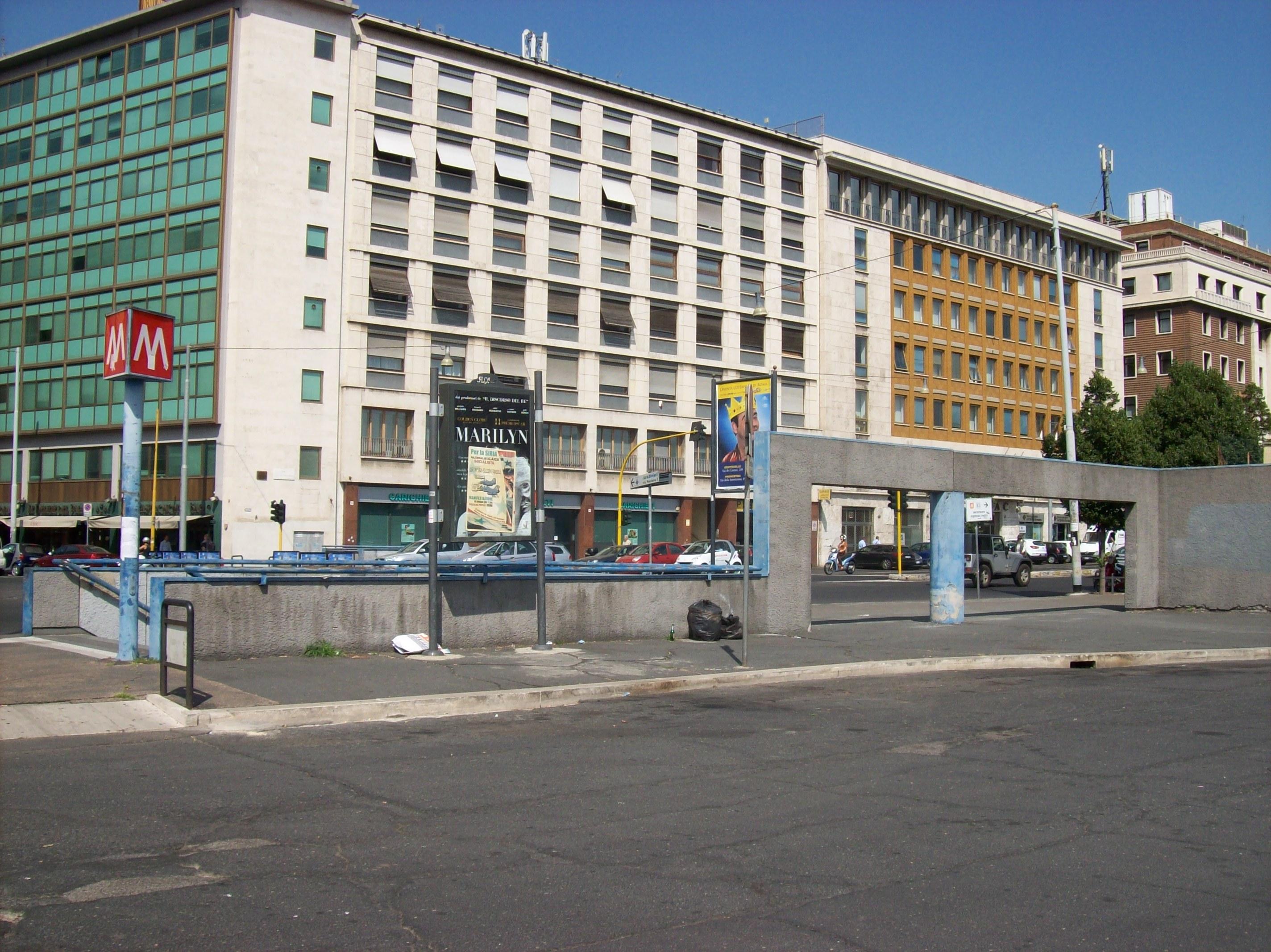 File 2012 07 04 roma metro b castro pretorio for Affitto appartamento castro pretorio roma