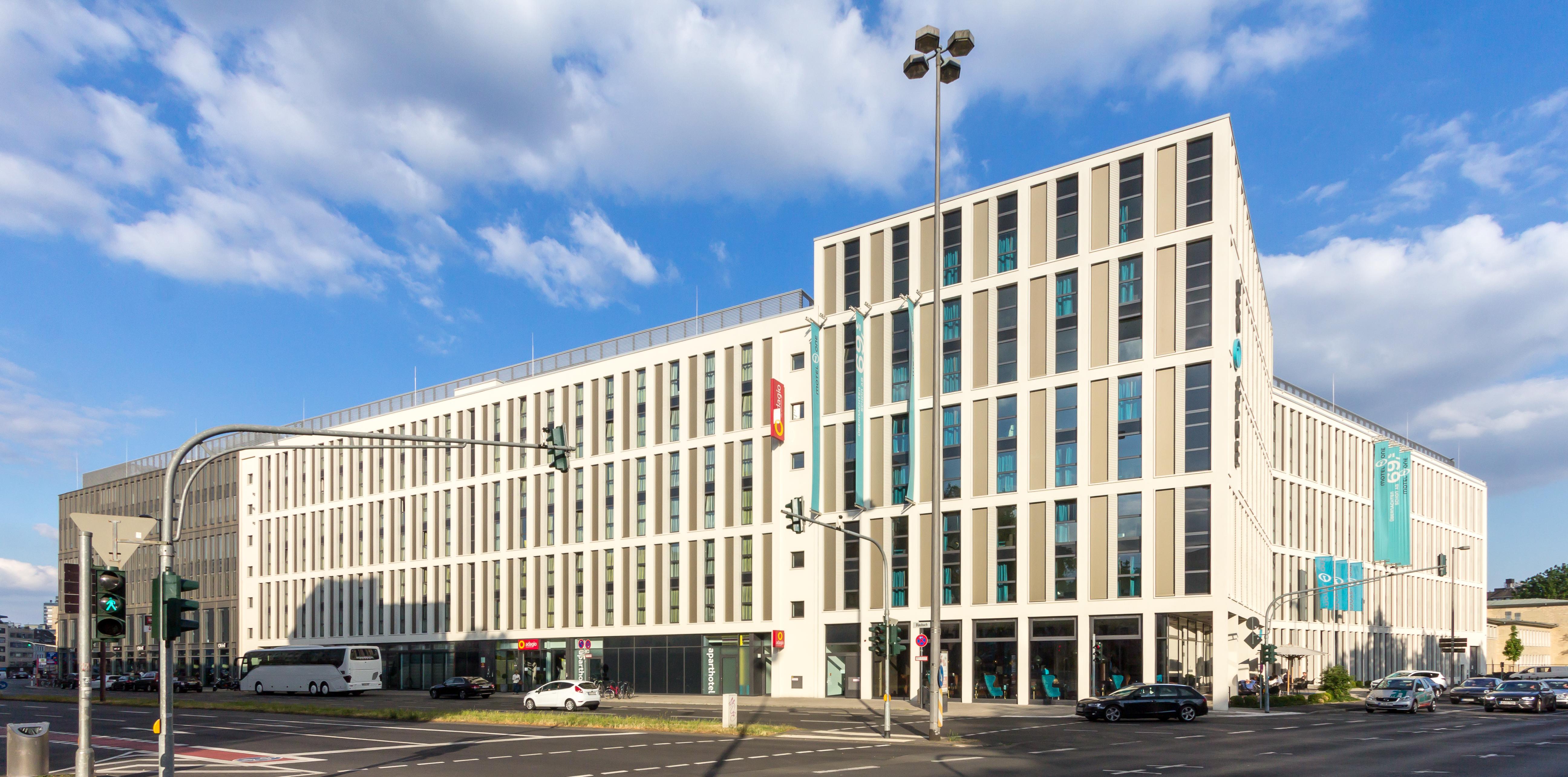 File adagio aparthotel k ln city und motel one k ln for Apart hotel adagio