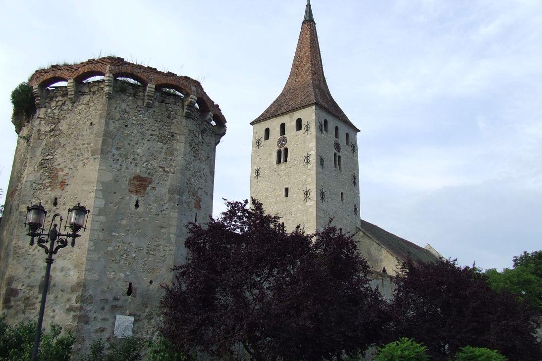 Fişier:Aiud-Turnul dogarilor si biserica reformata-2.JPG