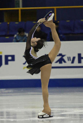 Maxwell performs a Biellmann spin during her What Hands Can Do/Waltz Masquerade short program at the 2008-2009 Junior Grand Prix Final.
