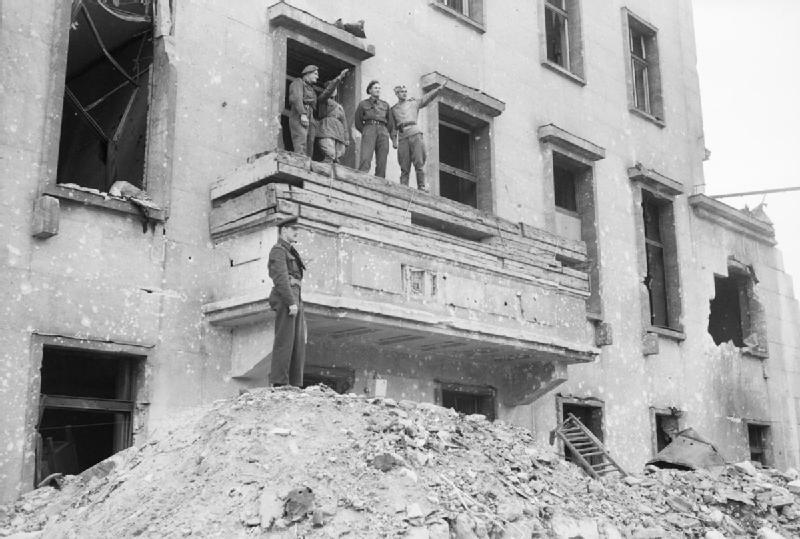 File balcony of the chancellery in wikimedia for Balcony origin