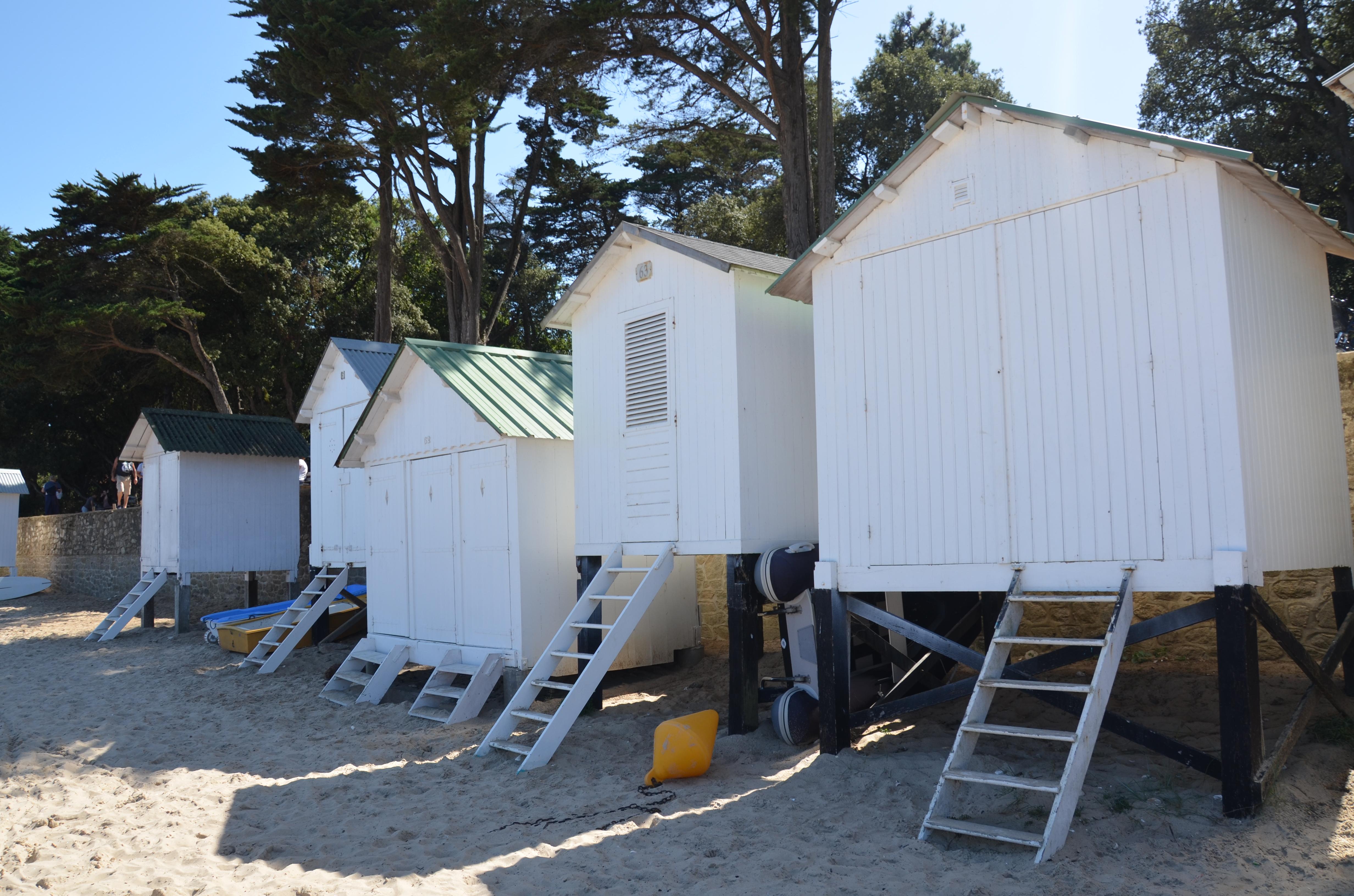 file cabines sur la plage des dames au bois de la chaise