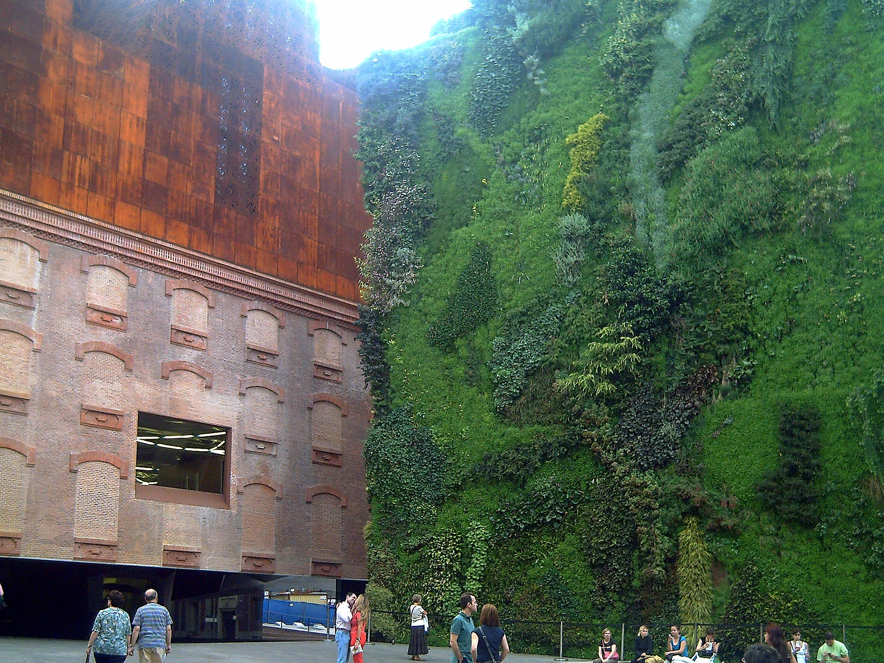 in Madrid gibt es mehrere vertikale Gärten. Die exzellenten Wetterbedingungen machen es dort einfach...