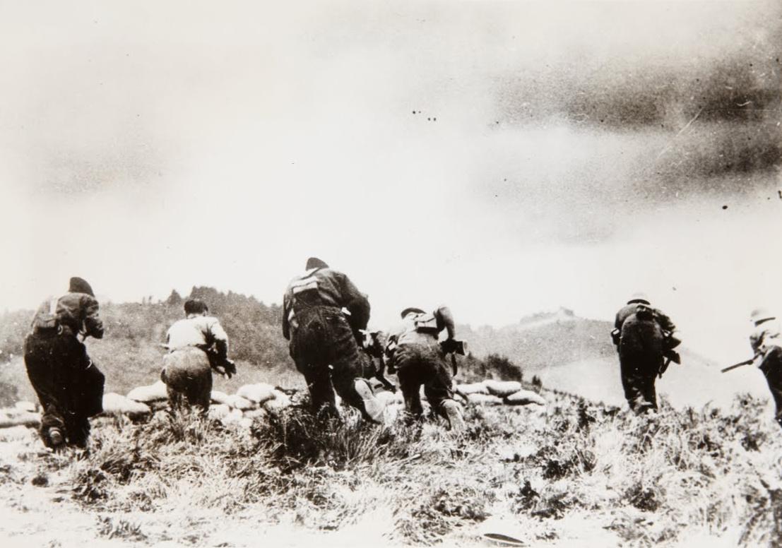 Contre attaque des Républicains avant la perte de Pampelune, photographe anonyme, 1936. Museo Nacional Centro de Arte Reina Sofía, disponible sur Wikimedia.