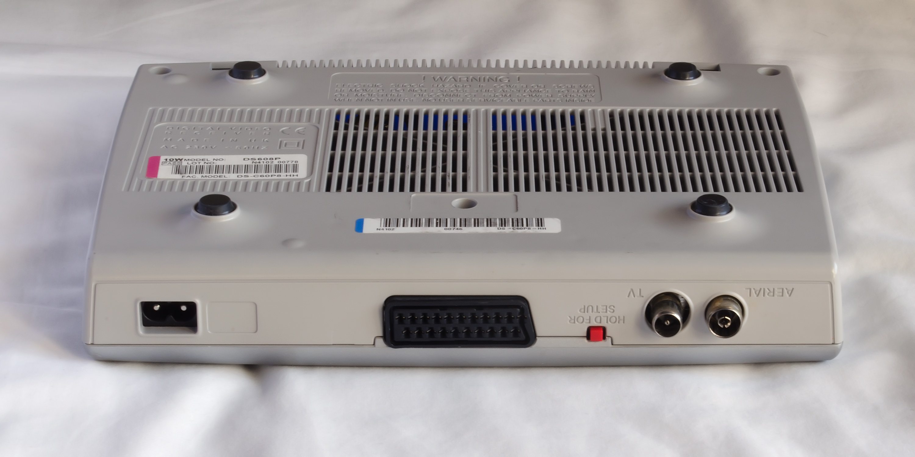 File:Daewoo DS608P Freeview DVB-T set top box (underside and rear)