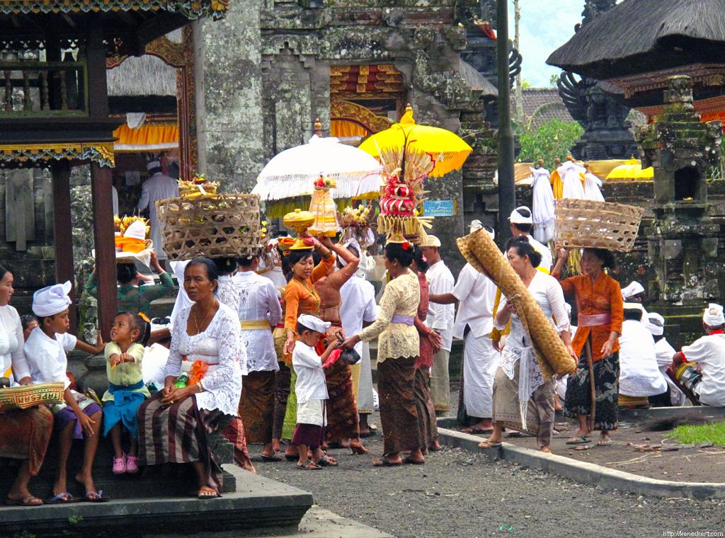 File:Danau Women, Bali.jpg - Wikimedia Commons