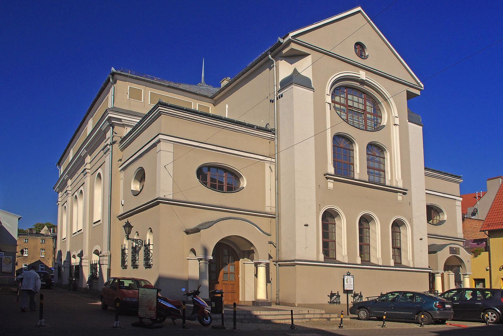 https://upload.wikimedia.org/wikipedia/commons/b/b0/Dawniej_Synagoga,obecnie_filia_Muzeum_Regionalnego._Leszno,ul.Narutowicza_31.jpg