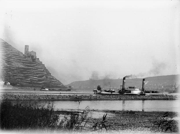 File:Digue sur le Rhin avec un bateau et les ruines du château dEhrenfels sur les hauteurs, Rüdesheim (Hesse) (6879989739).jpg