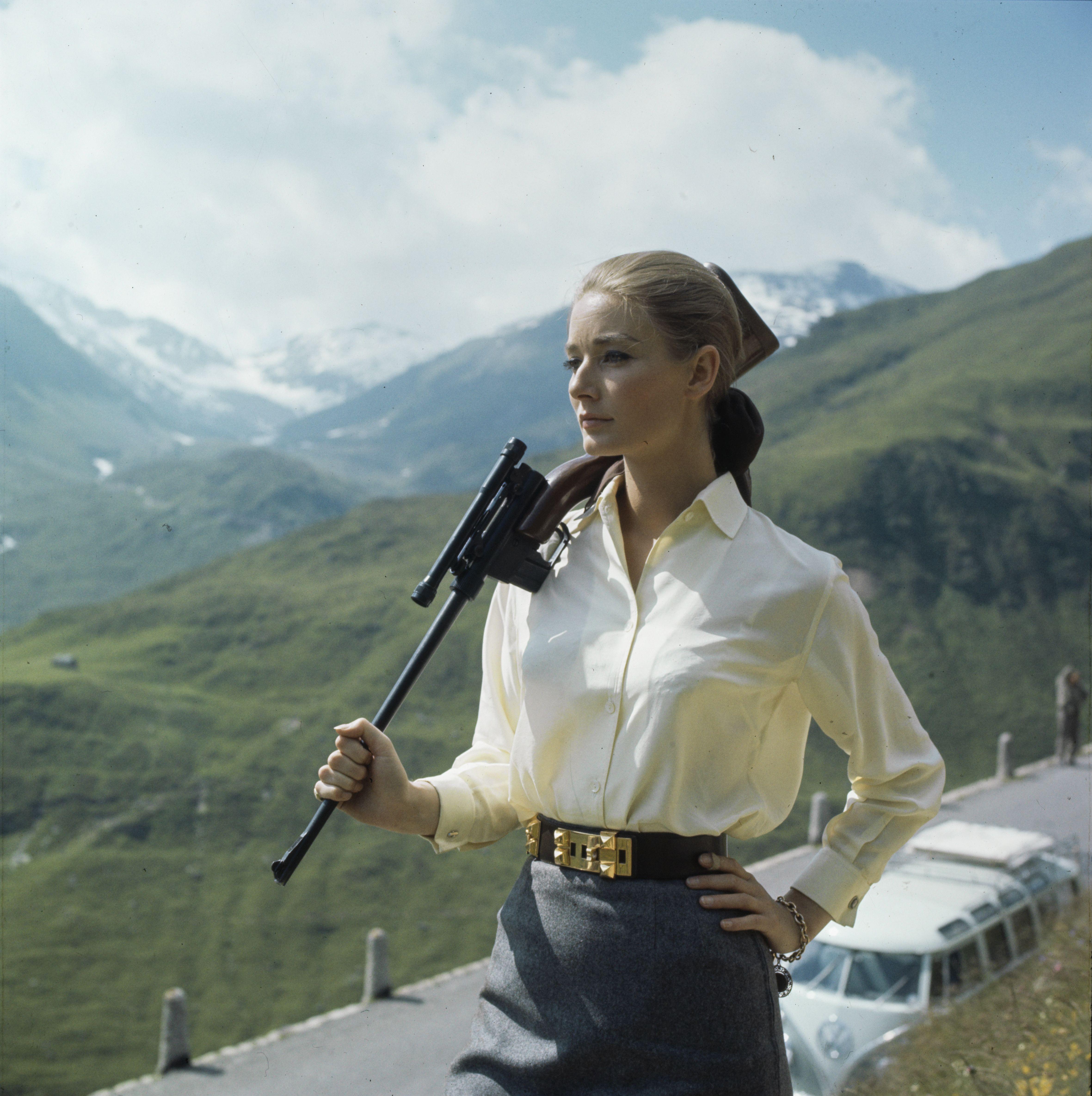 Bond-Girl Tilly Masterson (Tania Mallet) jagt Goldfinger (Gert Fröbe) in der Schweiz
