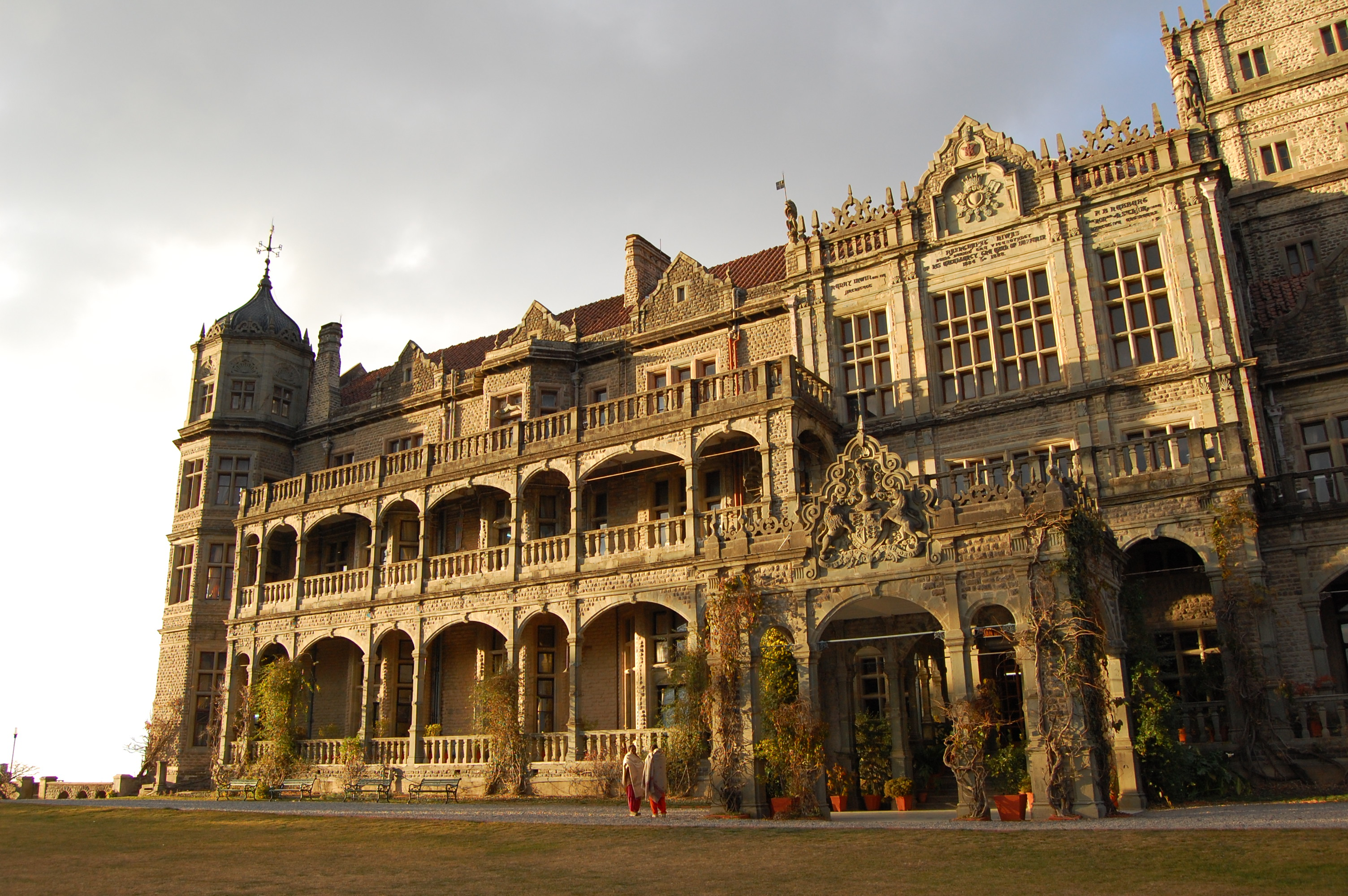 https://upload.wikimedia.org/wikipedia/commons/b/b0/Entrance_porch_of_Rashtrapati_Niwas%2C_Shimla.jpg