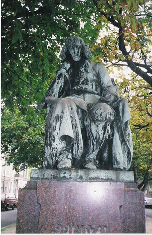 Statue of Spinoza in the Hague by Albeiro Rodas. Image via Wikimedia Commons. (CC BY-SA 3.0)