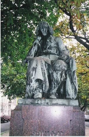 Памятник Спинозе недалеко от его дома в Гааге