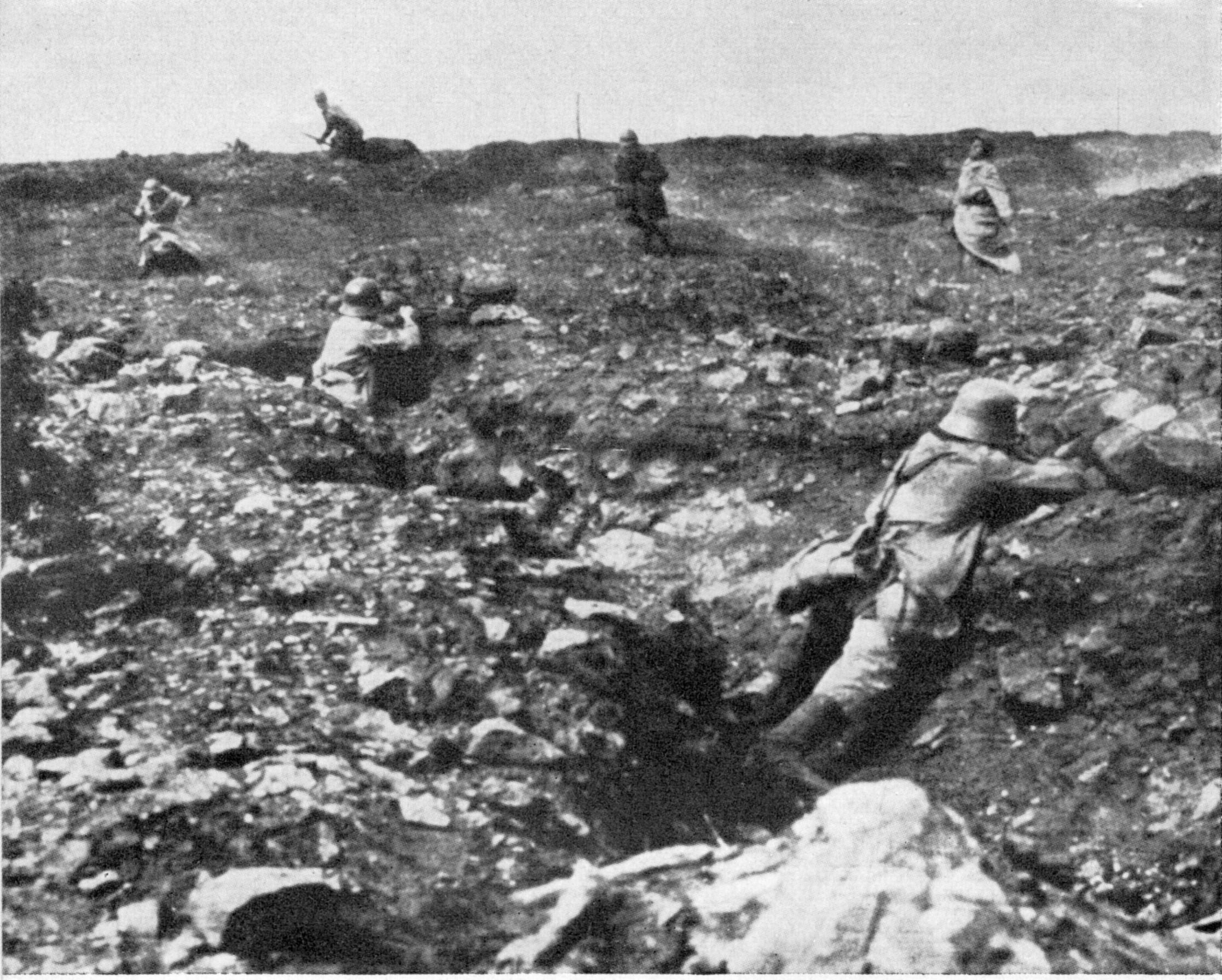 Erfolgloser französischer Sturmangriff auf eine deutsche, durch Trommelfeuer nahezu vollständig eingeebnete Stellung
