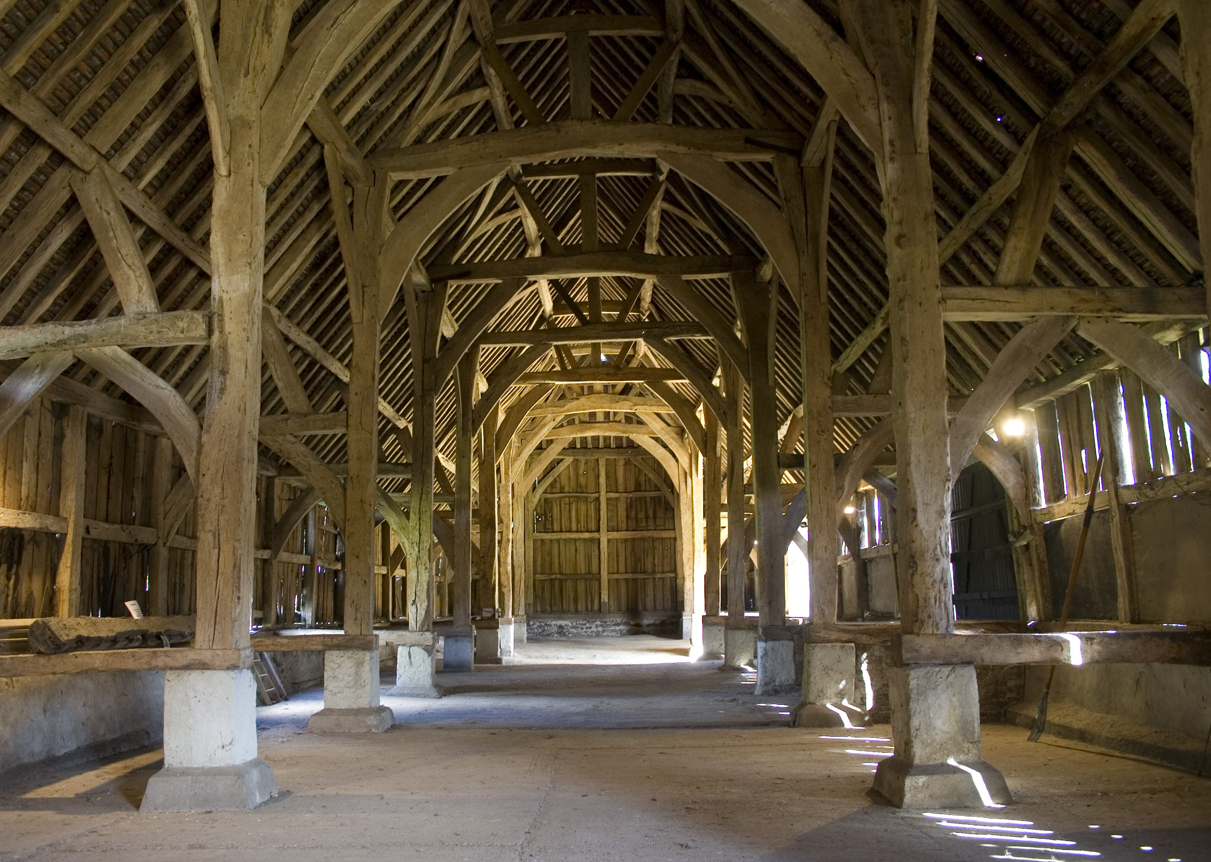 File Harmondsworth Great Barn Interior Looking North Jpg