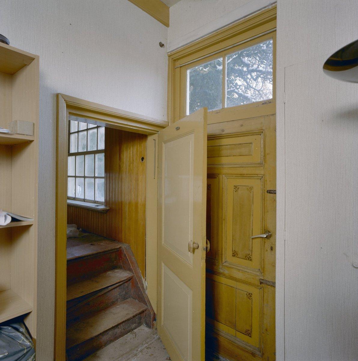 File interieur kamer voorhuis rechts trapje naar de for Kamer interieur