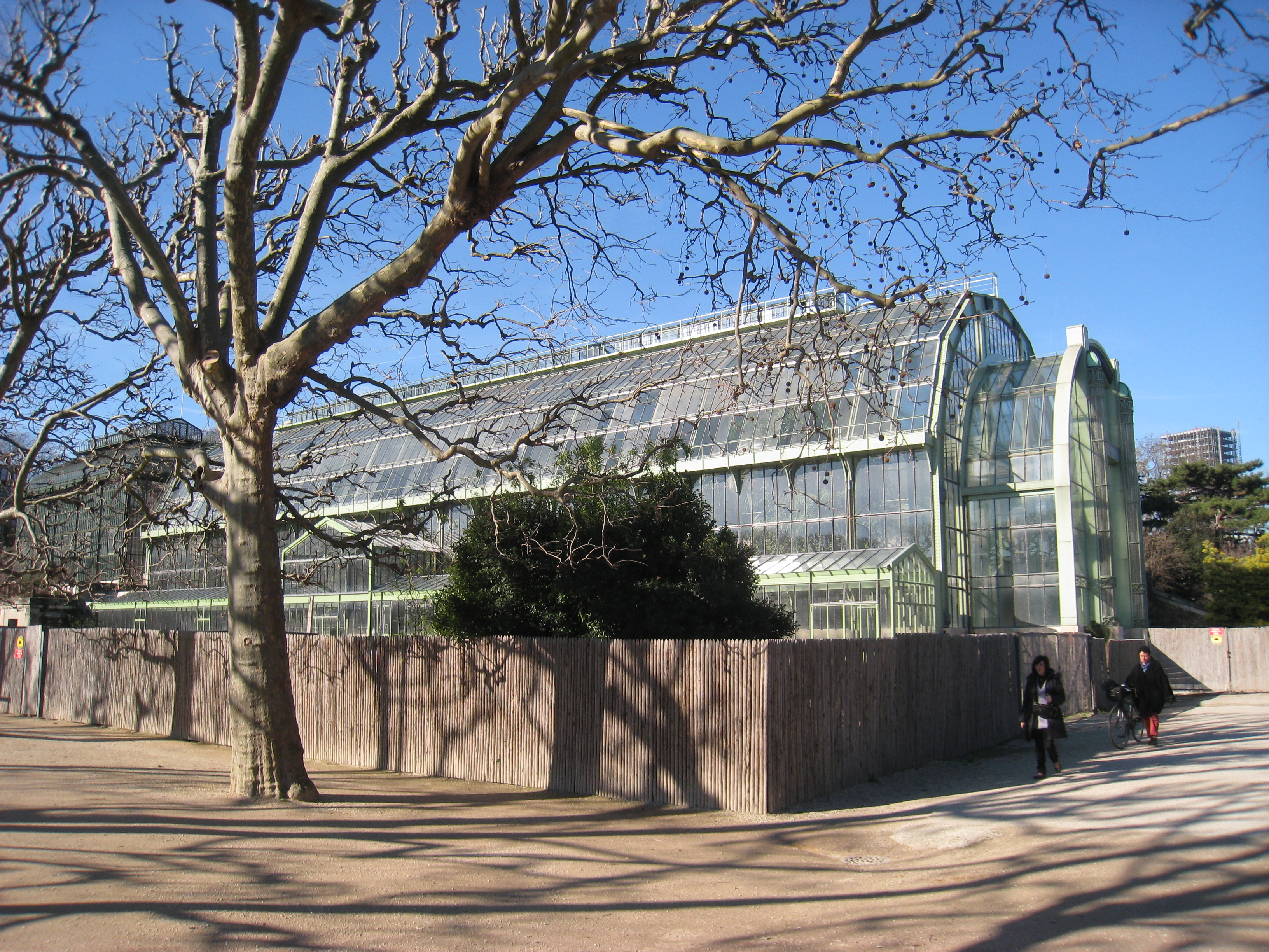 File jardin des plantes de paris glass house jpg wikimedia commons for Jardins de plantes