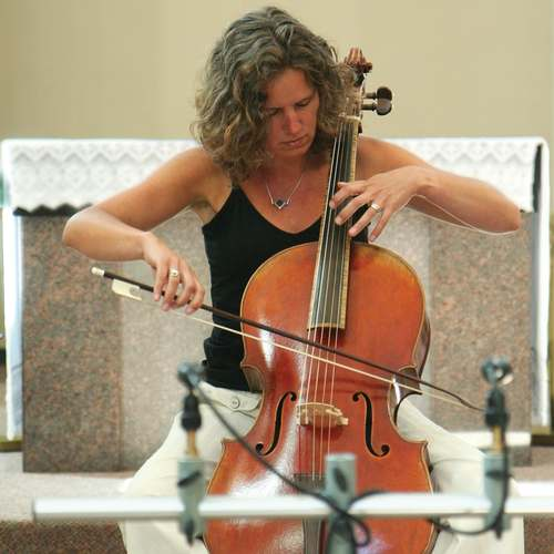 File:Josephine van Lier plays violoncello piccolo.jpg - Wikimedia Commons