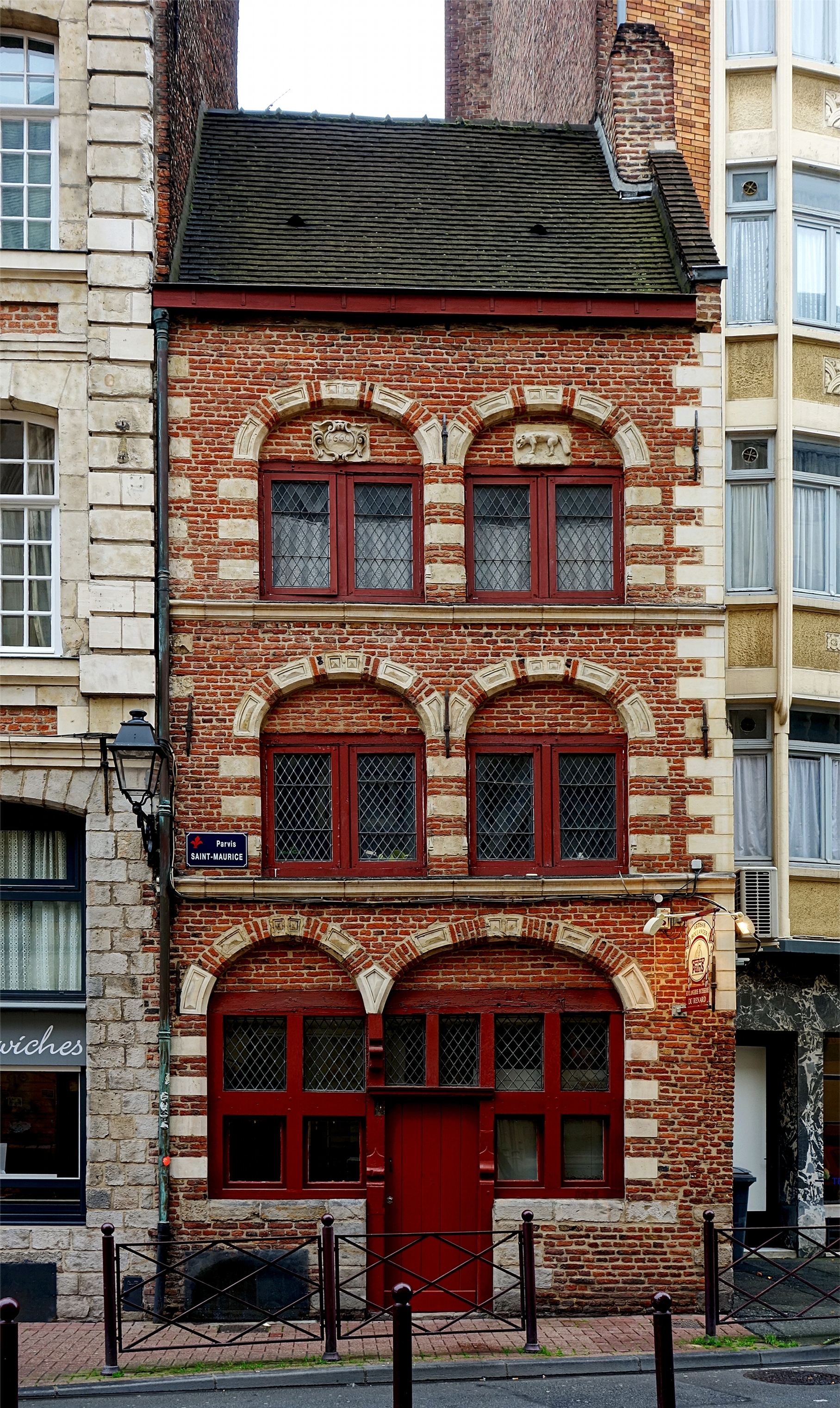 https://upload.wikimedia.org/wikipedia/commons/b/b0/Lille_maison_renard.JPG
