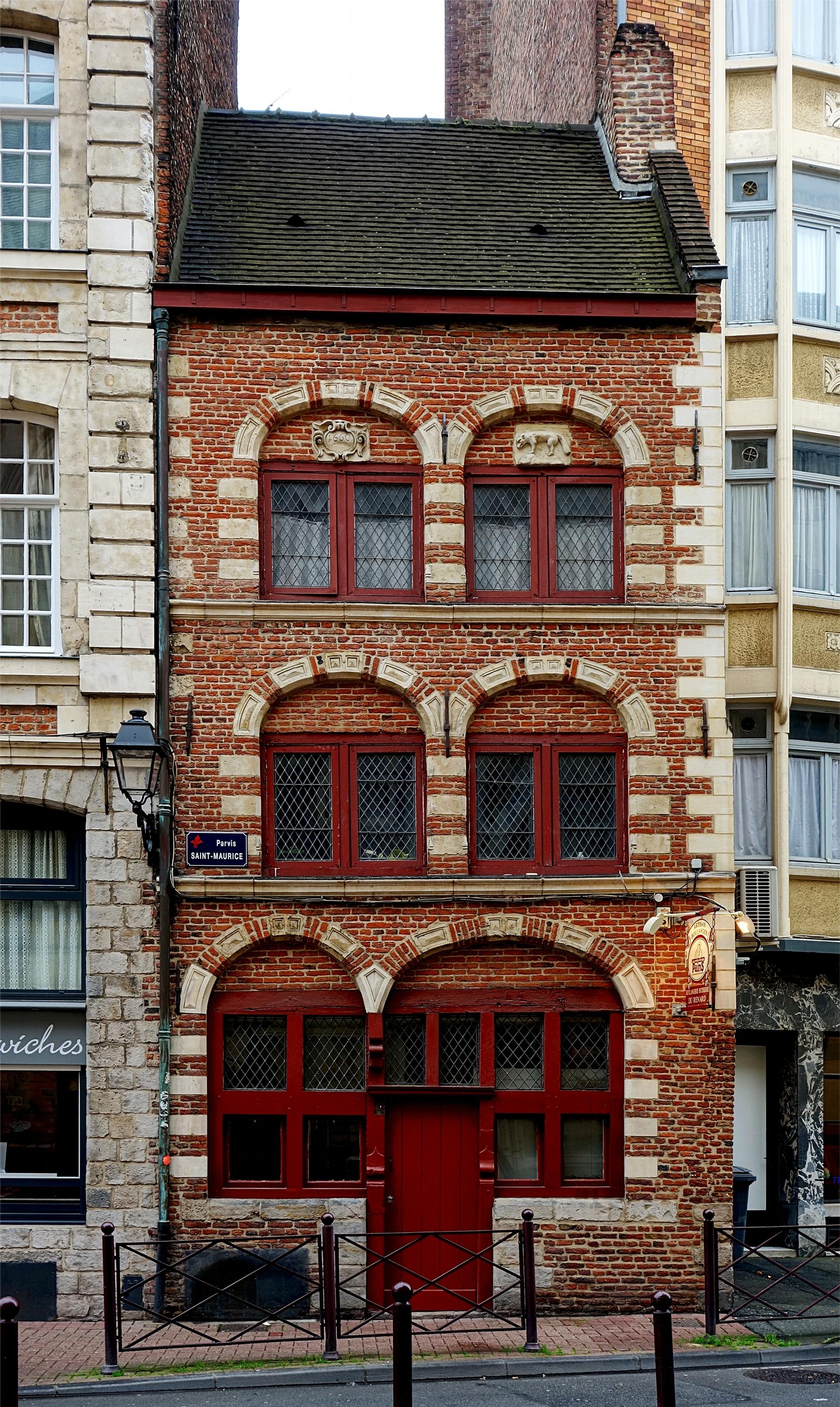 https://upload.wikimedia.org/wikipedia/commons/b/b0/Lille_maison_renard.JPG