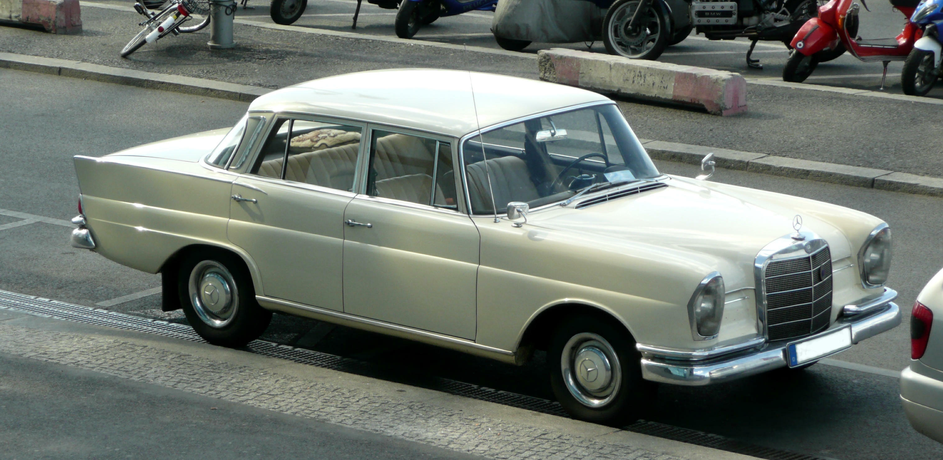File mercedes benz 220s w 111 01 jpg wikimedia commons for Mercedes benz 220 s