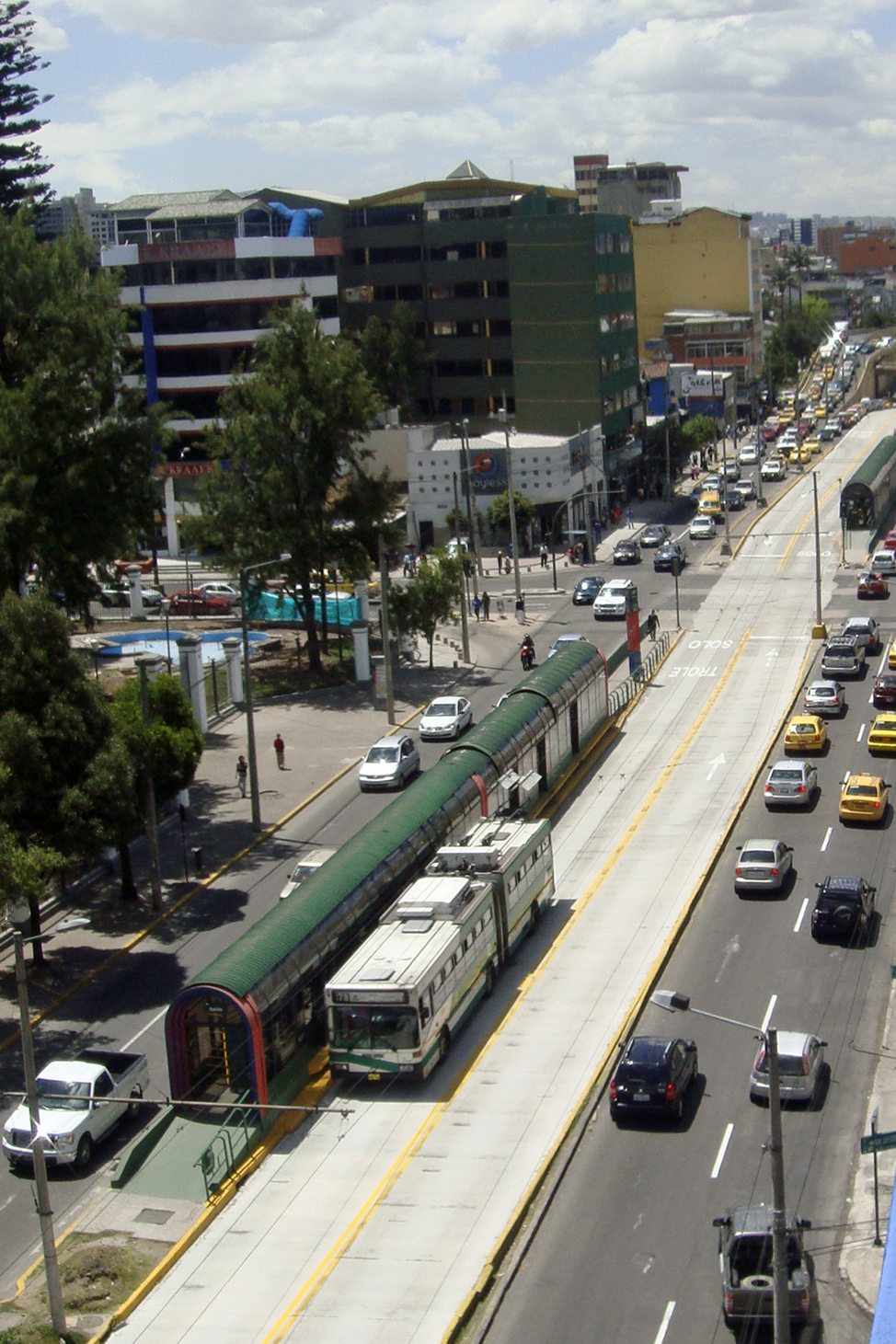 http://upload.wikimedia.org/wikipedia/commons/b/b0/Quito_Trole_08_2011_3335.jpg