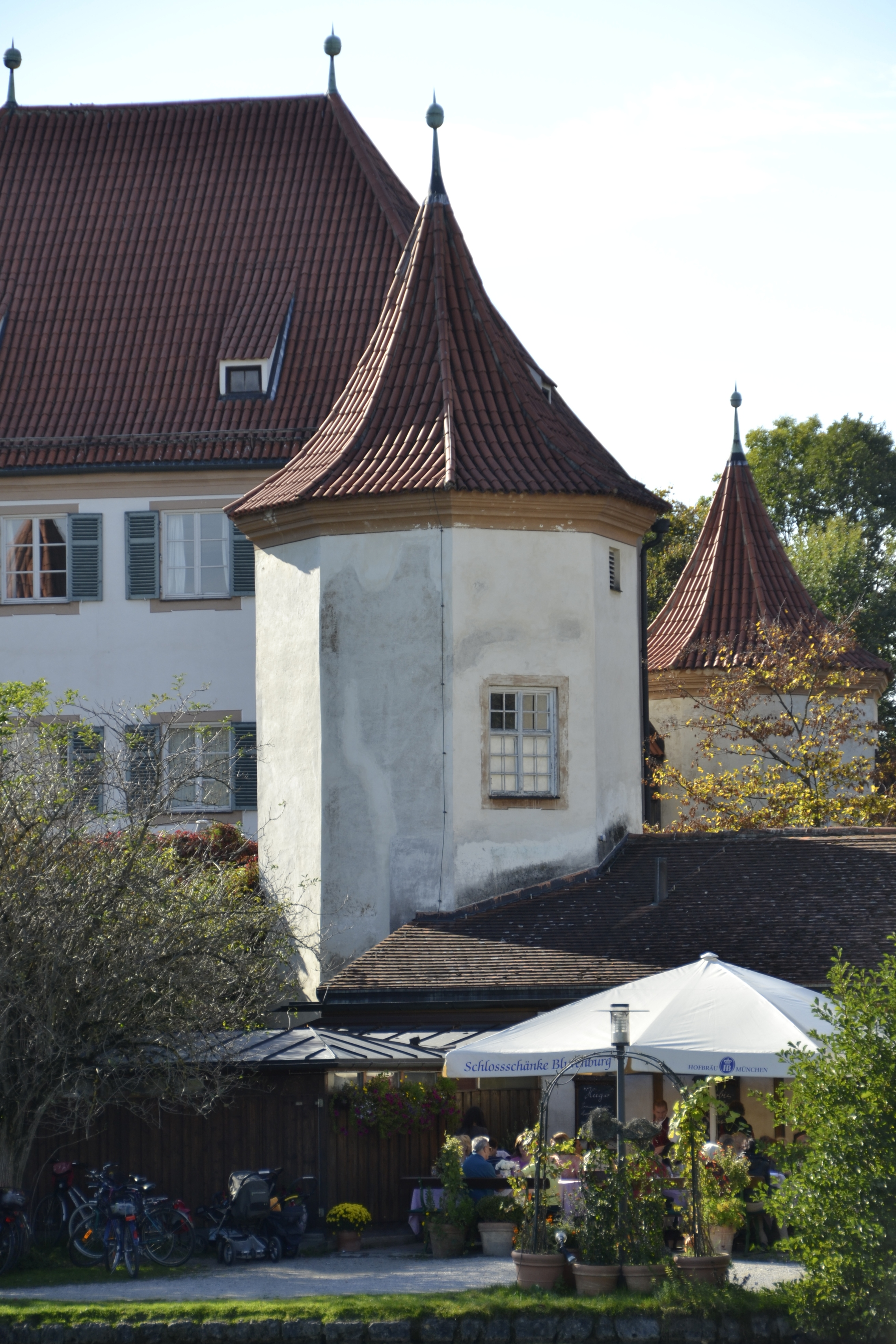 File:Schloss Blutenburg - Turm bei der Gaststätte.JPG - Wikimedia ...