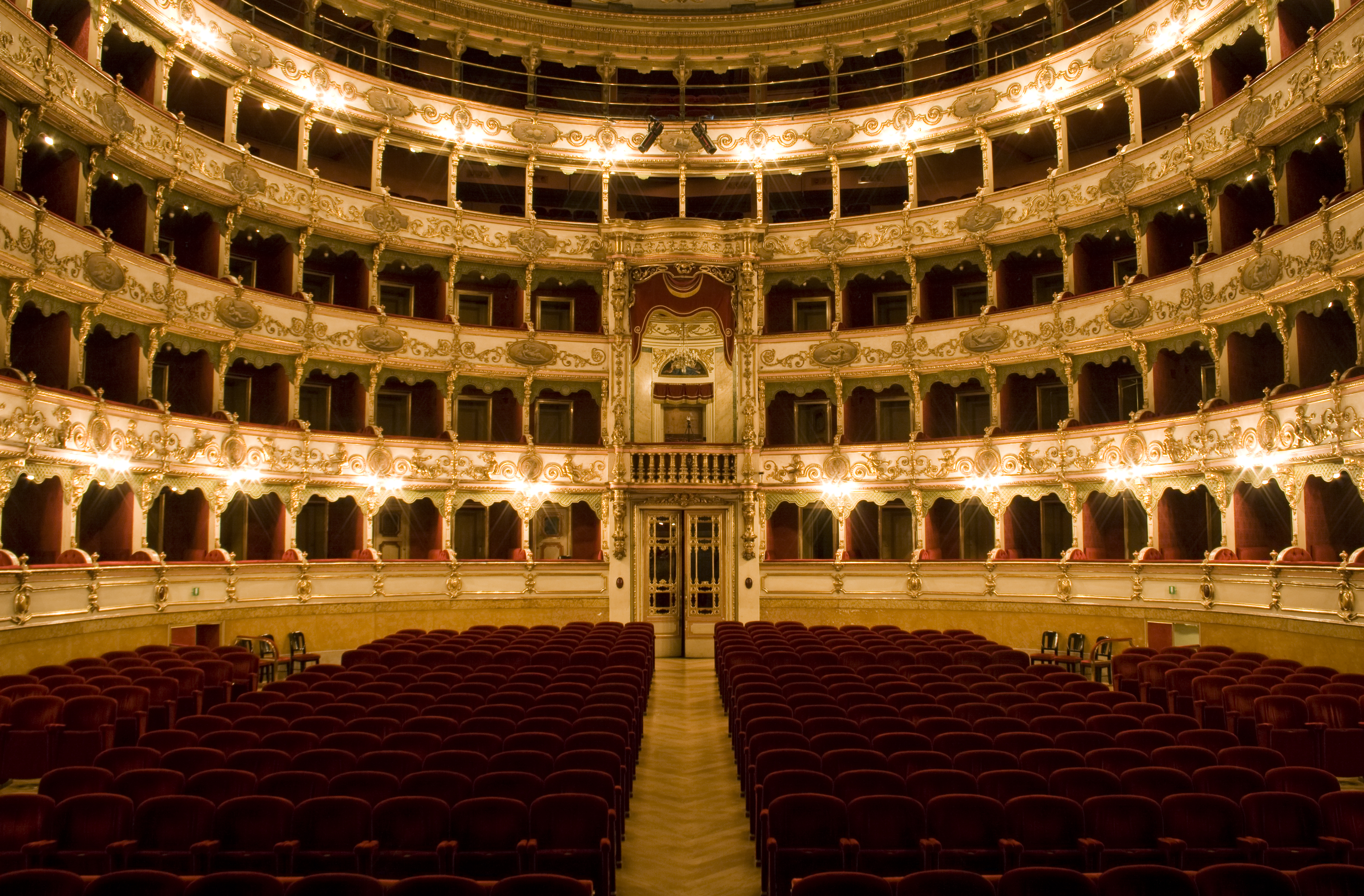 https://upload.wikimedia.org/wikipedia/commons/b/b0/Teatro_Grande_(Sala).jpg