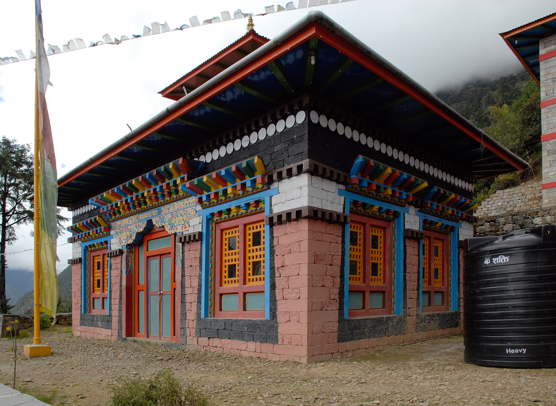 Temple_on_the_outskirts_of_Lukla,_Chaurikharka,_Nepal._-_panoramio.jpg