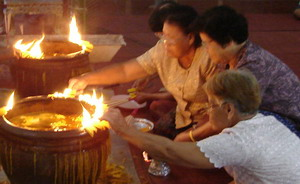 ภาพ:The ritual worships the Buddhist Three Gems01.jpg