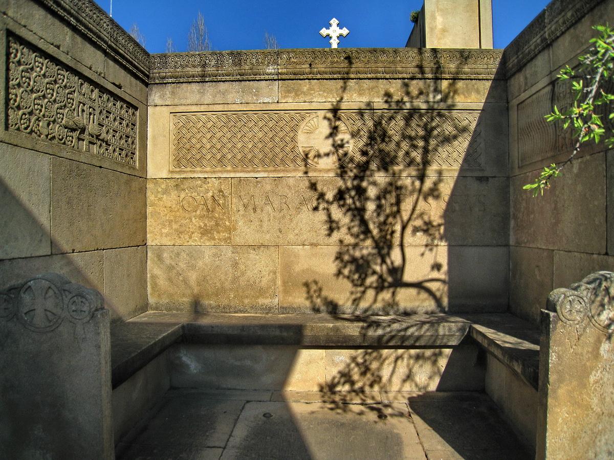 Mausoleo del poeta con la inscripción «Joan Maragall i els seus».