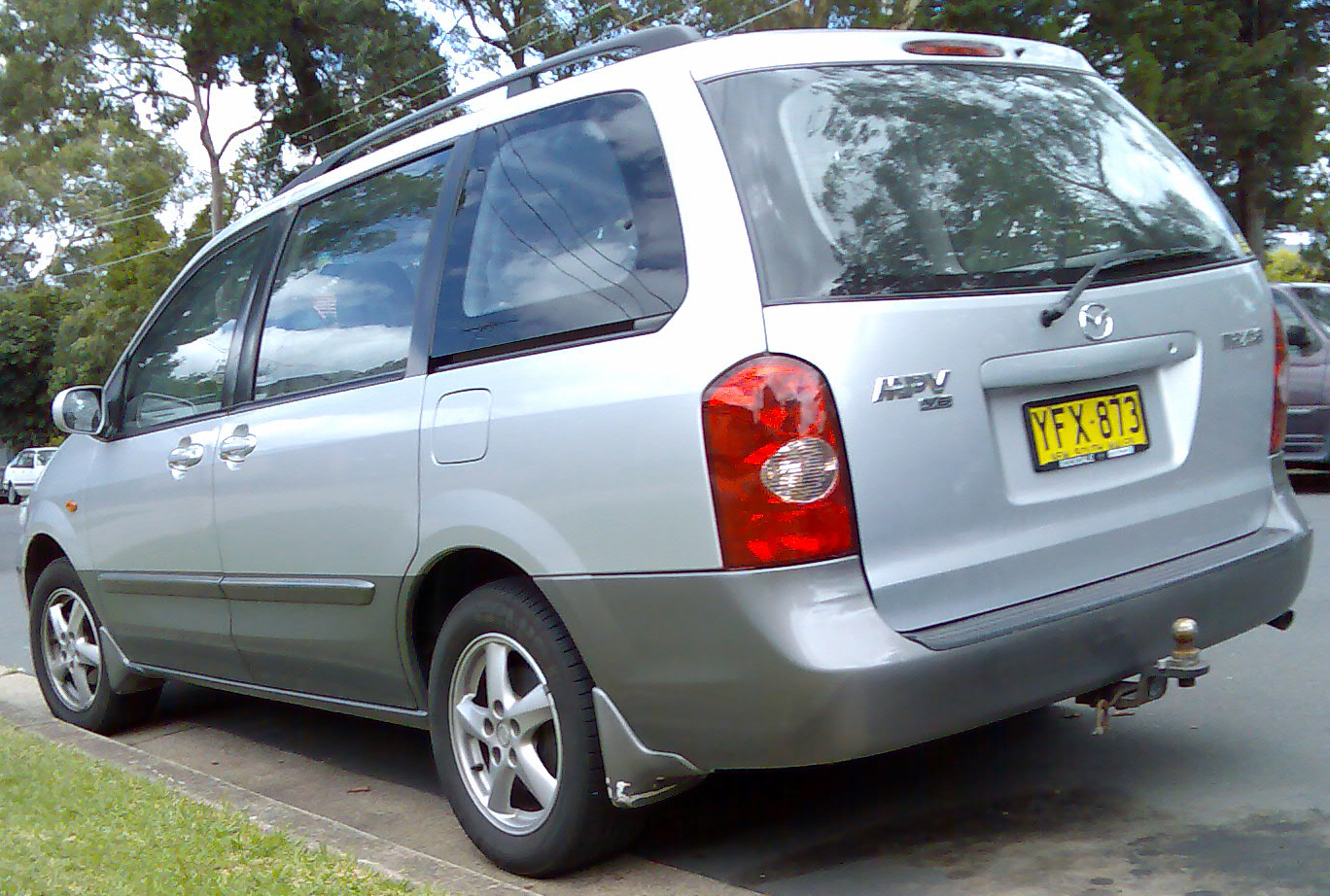 File:2002-2003 Mazda MPV (LW Series 2) van 01.jpg