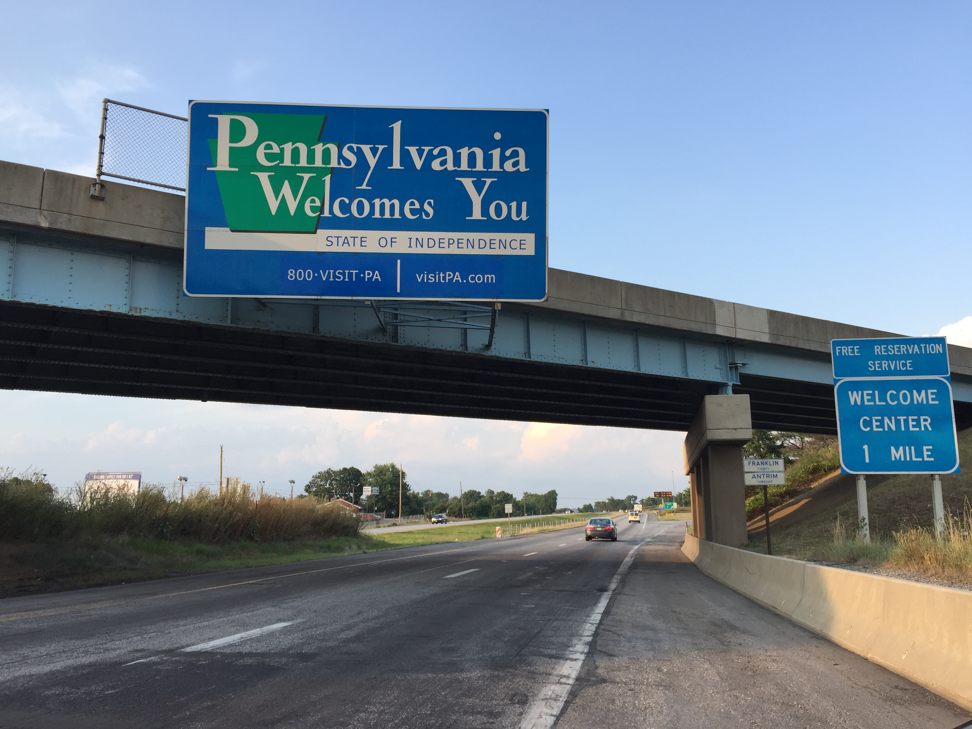 File:2016-07-29 19 24 02 View north along Interstate 81