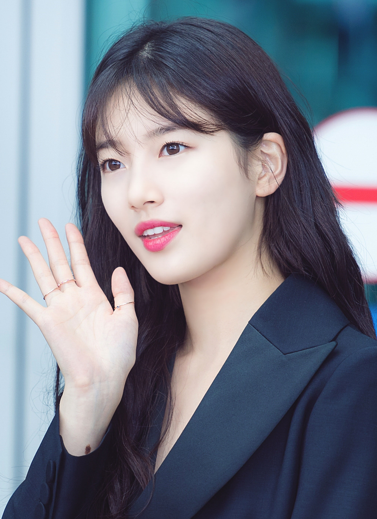 File:Bae Suzy at Incheon Airport on July 18, 2017 (3).jpg - Wikimedia Commons