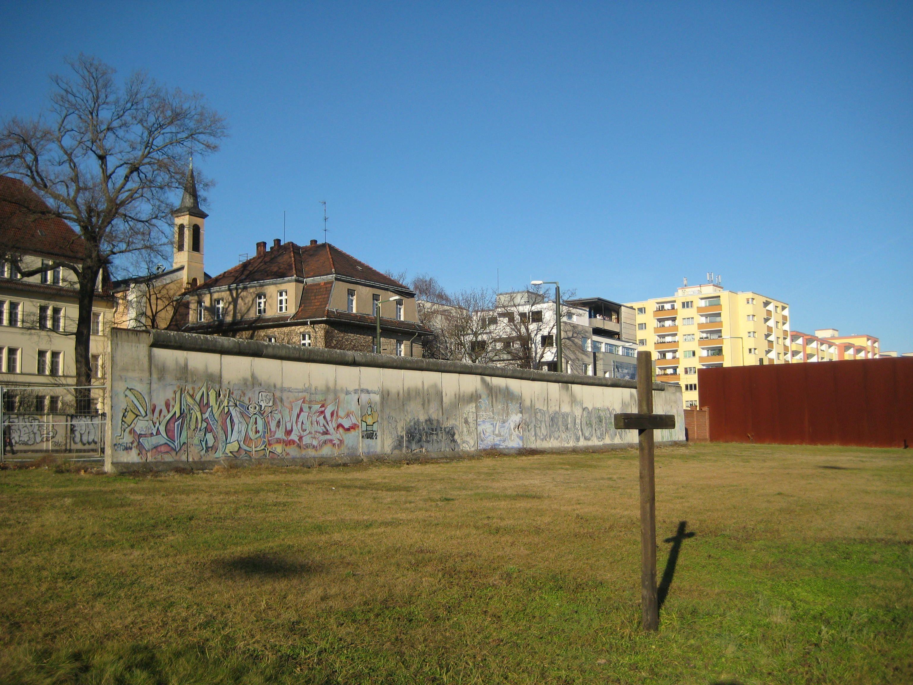 Bernauer Straße, Mauerrest, Seite Sophienfriedhof 02.jpg
