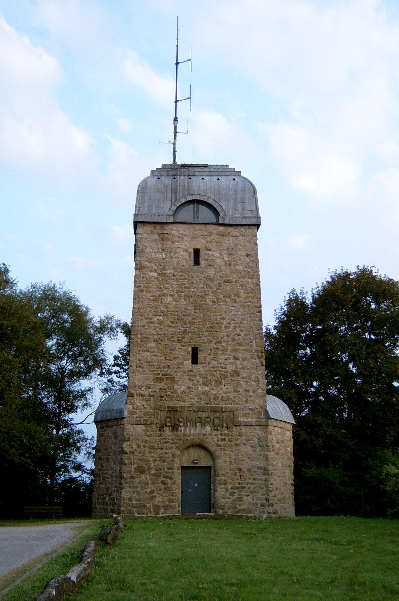 https://upload.wikimedia.org/wikipedia/commons/b/b1/Bismarckturm_%28M%C3%B6hnesee-Delecke%29.jpg