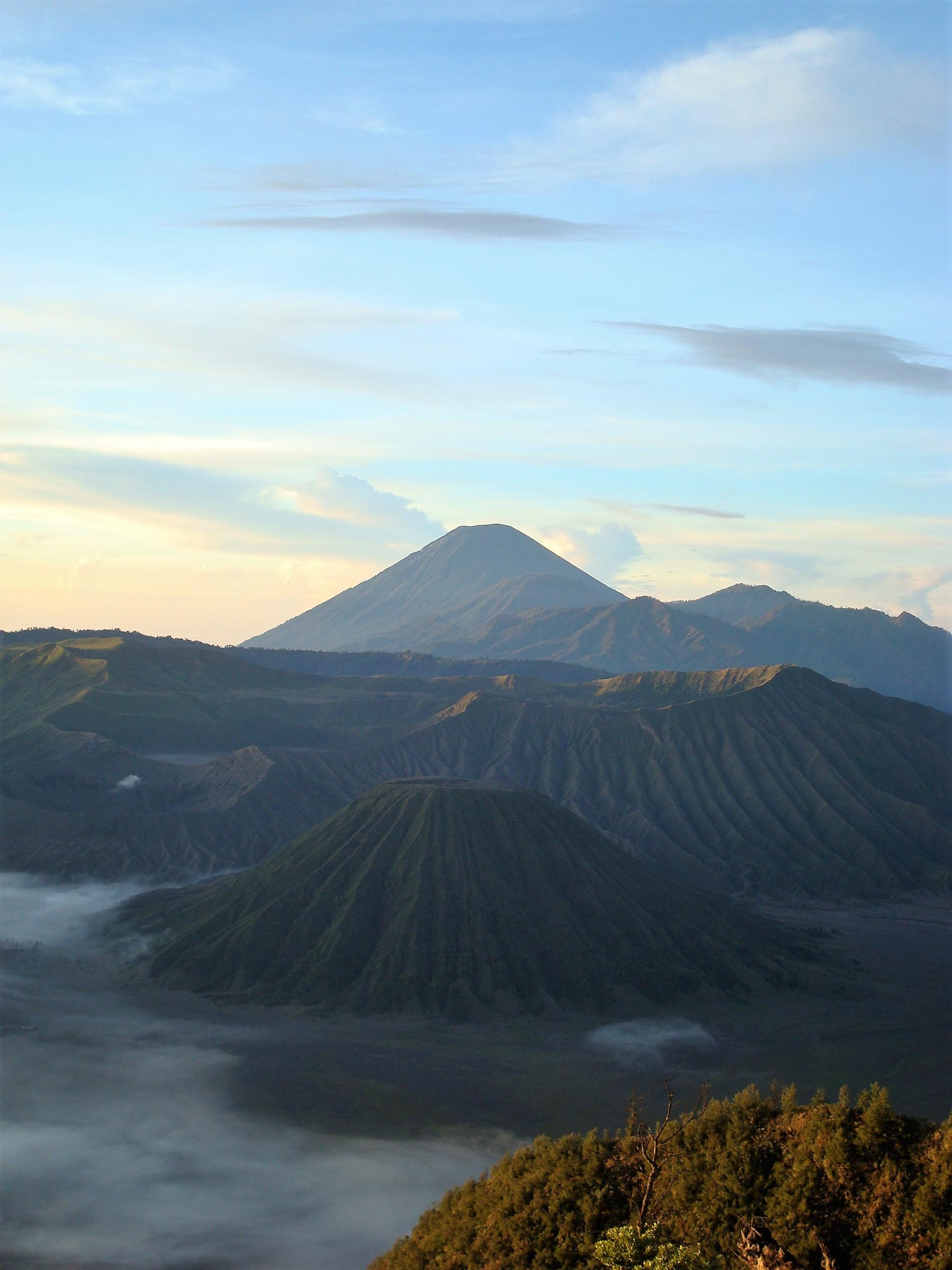 Bromo Tengger Semeru National Park Java 483.jpg Deutsch: Sonnenaufgang im Bromo Tengger Semeru National Park. Hinten ist der Semeru, vorne