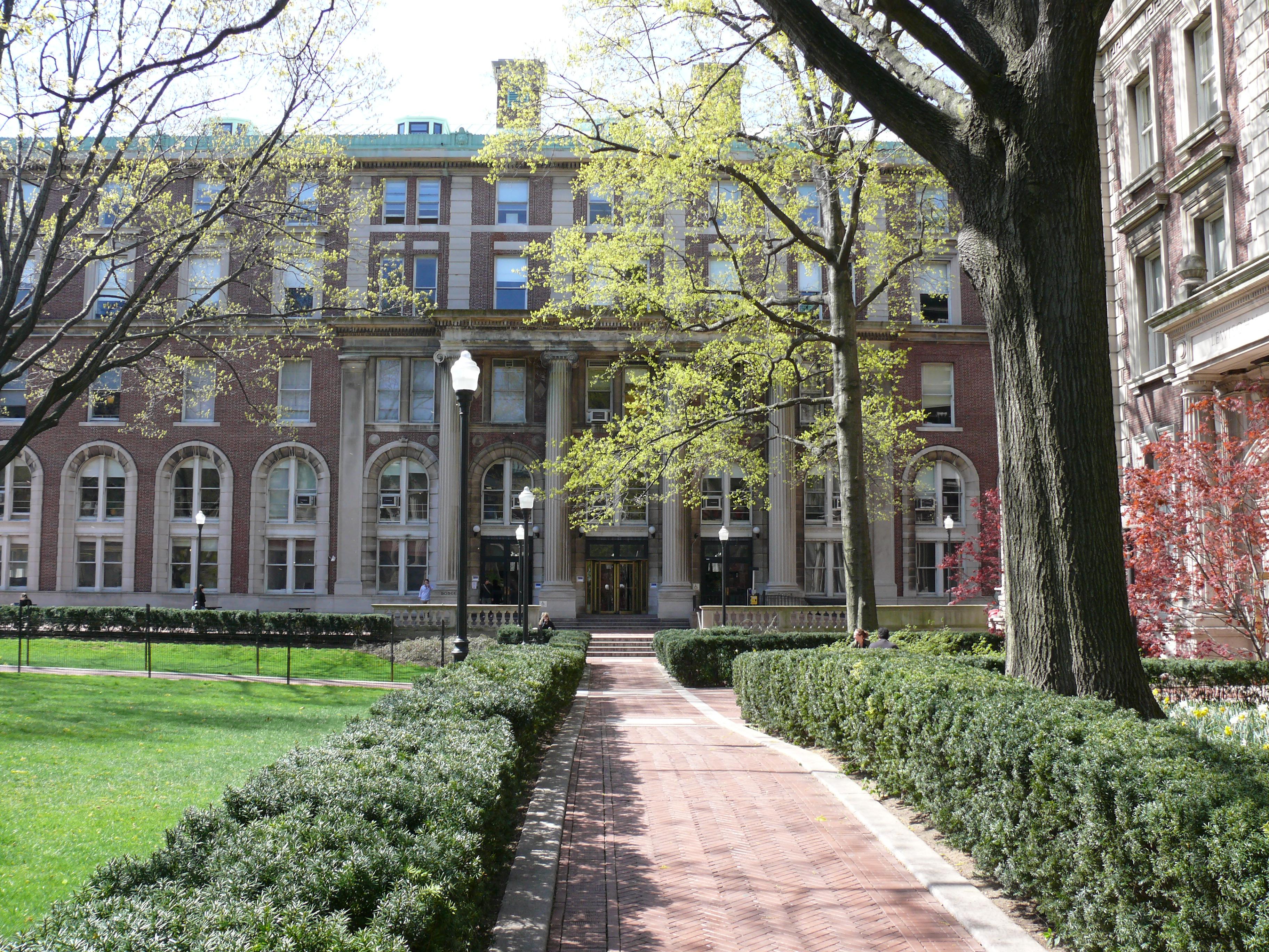 ファイル columbia university court yard 01 jpg wikipedia