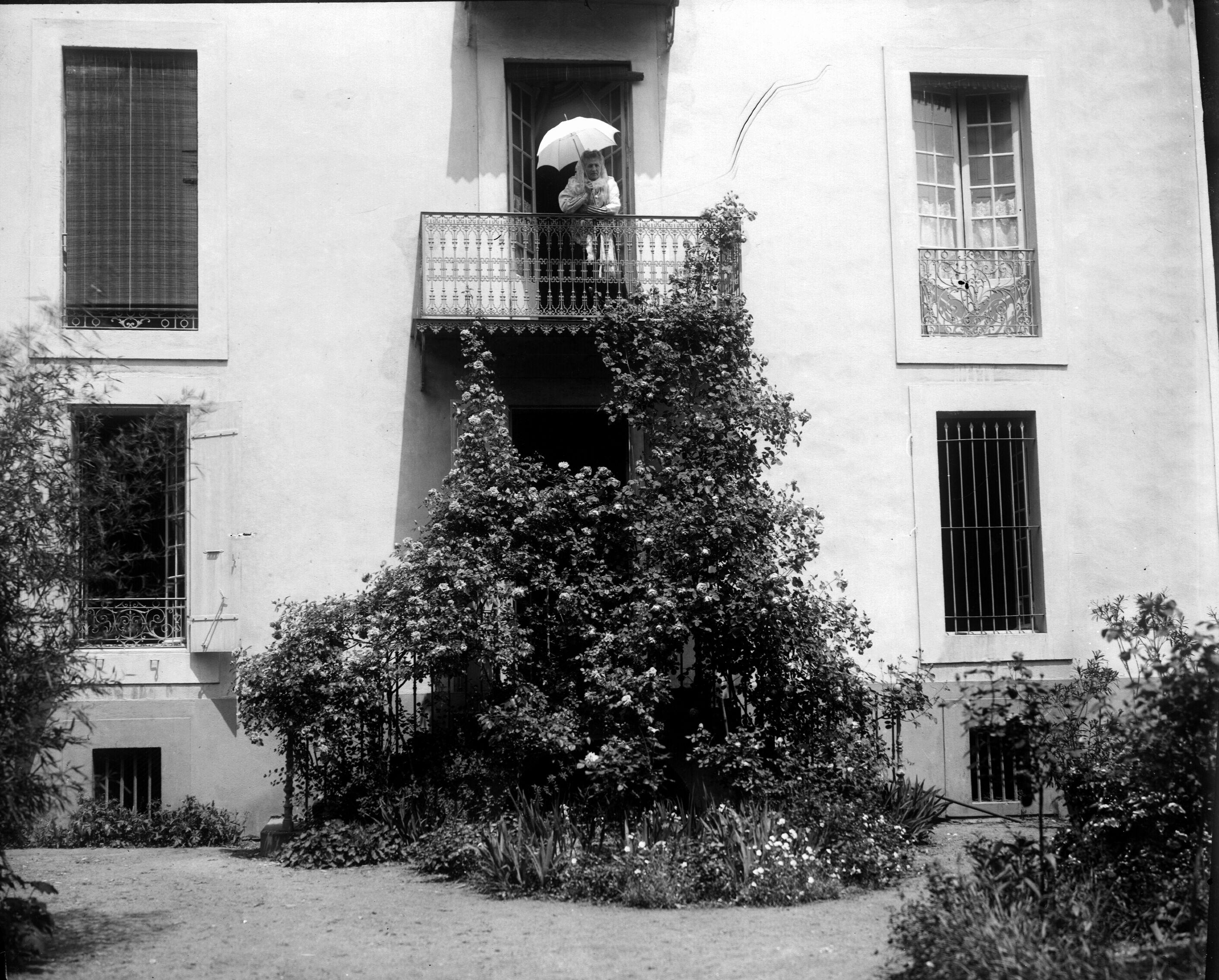 File femme au balcon fa ade fleurie foix 8056084208 for Balcon facade maison