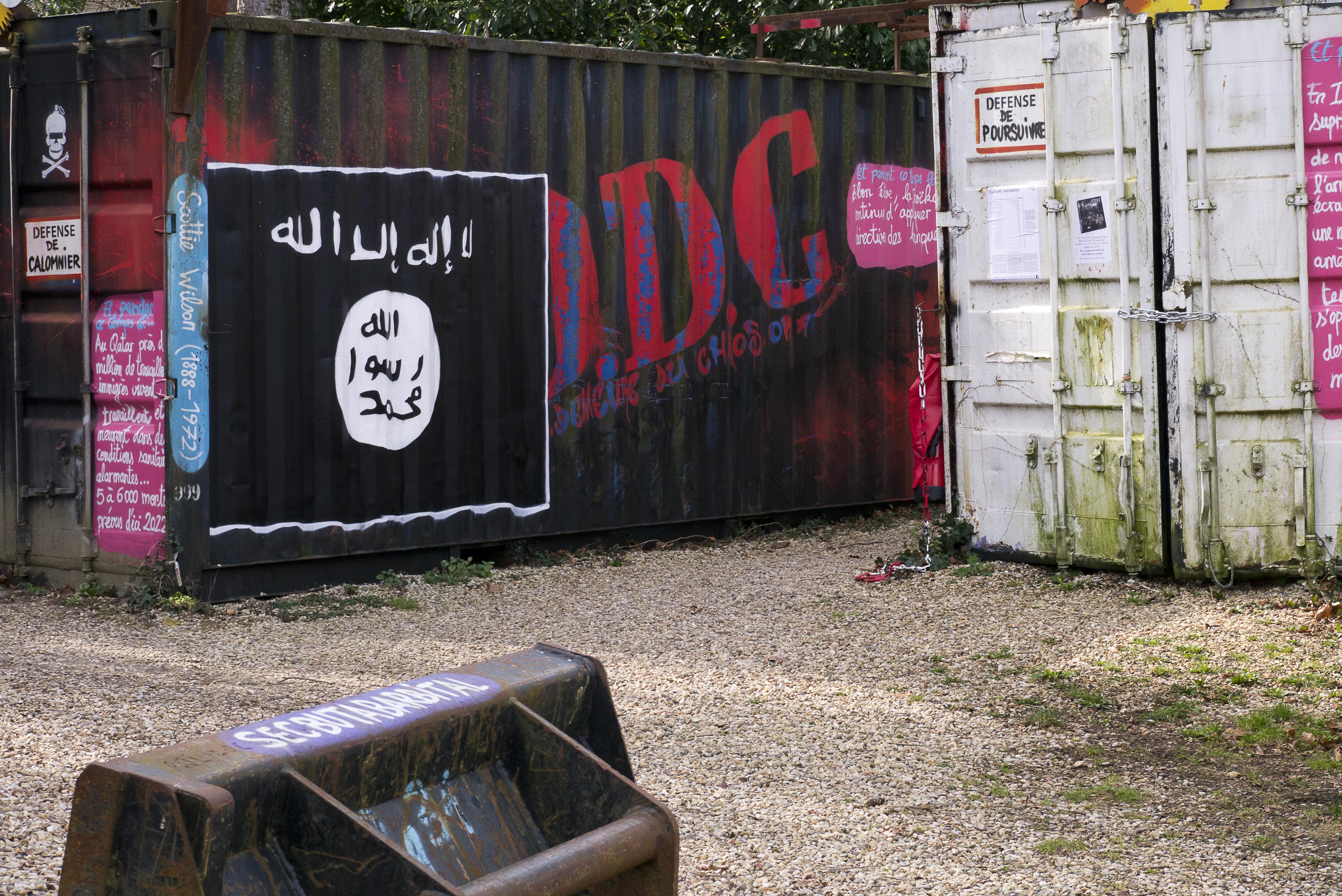 aa30f3437061 File Flag of Islamic State (St.-Romain-au-Mont-d Or).jpg - Wikimedia ...