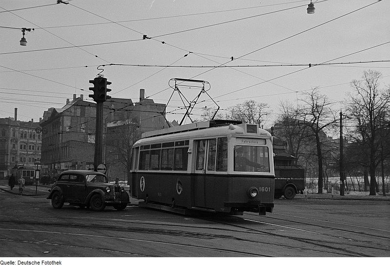 Fotothek df roe-neg 0006241 016 Straßenbahn an einer Kreuzung in der Innenstadt.jpg