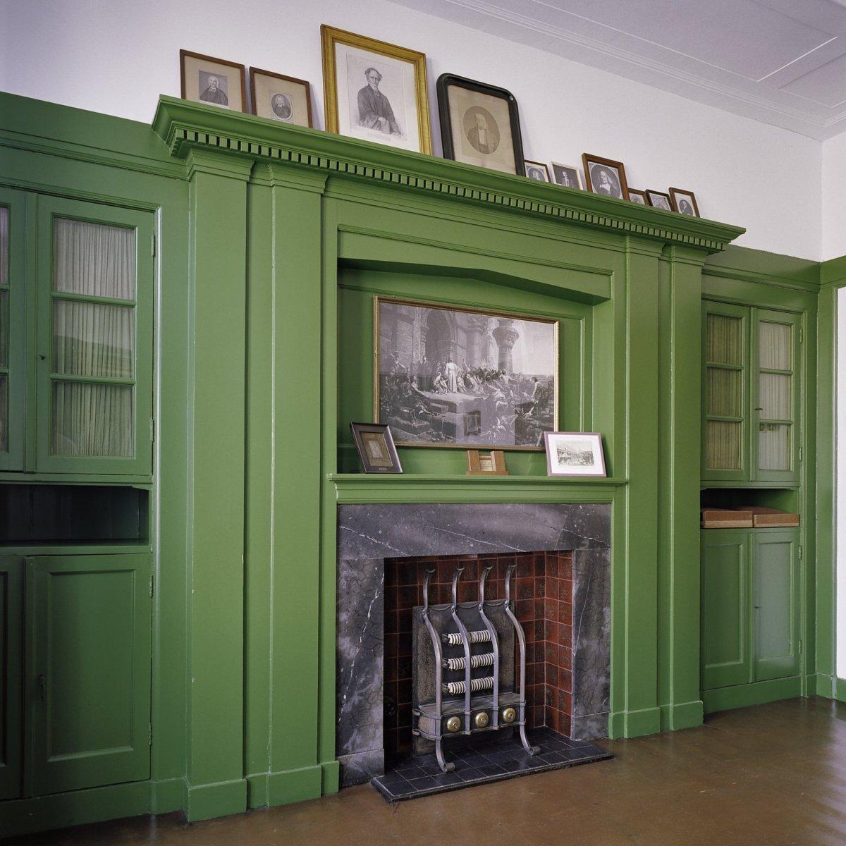 File interieur overzicht van de kastenwand met kachel for Interieur ontwerpers