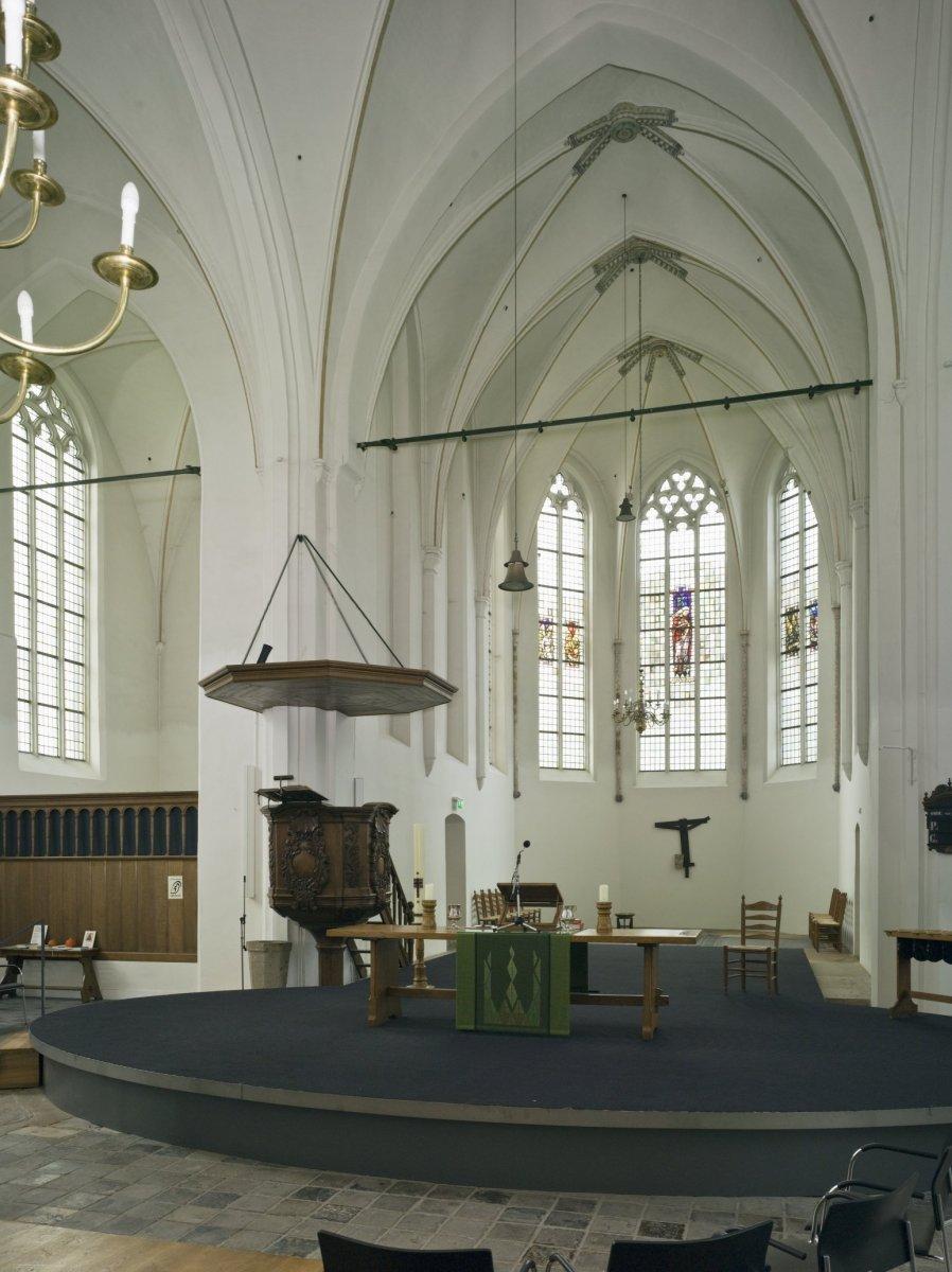 fileinterieur overzicht van het koor met altaar en preekstoel doetinchem 20429392