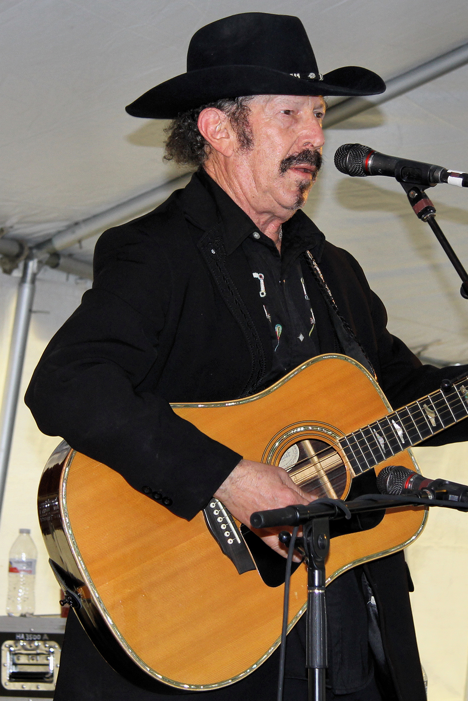 Kinky Friedman performing at the 2013 Texas Book Festival.