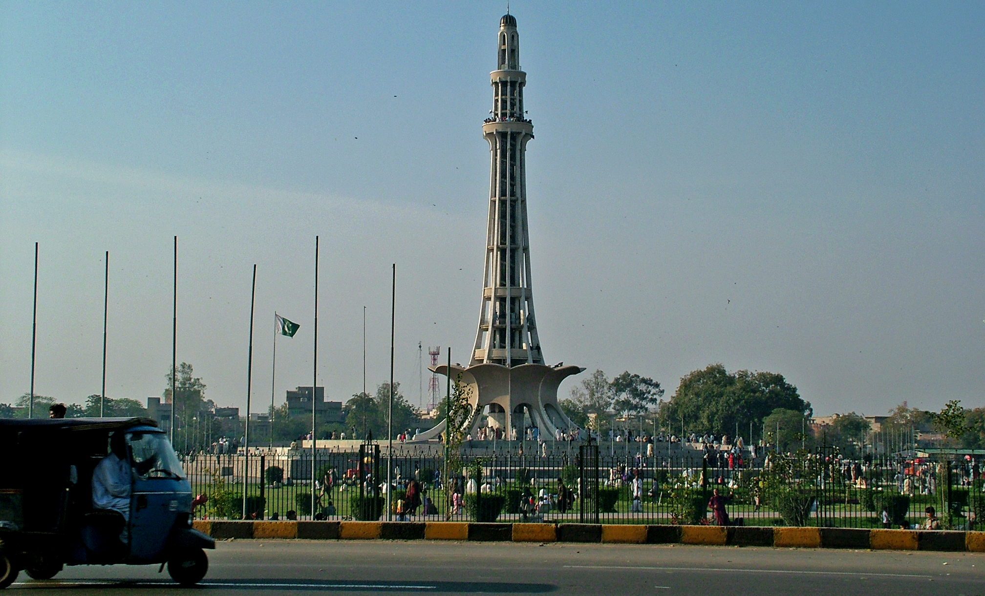minar e pakistan Islamabad : pakistan tehreek-i-insaf (pti) chief on monday thanked the public over successful rally at the iconic minar-e-pakistan.