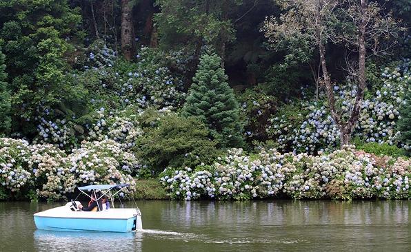 Ficheiro:Pedalinho no Lago Negro.jpg
