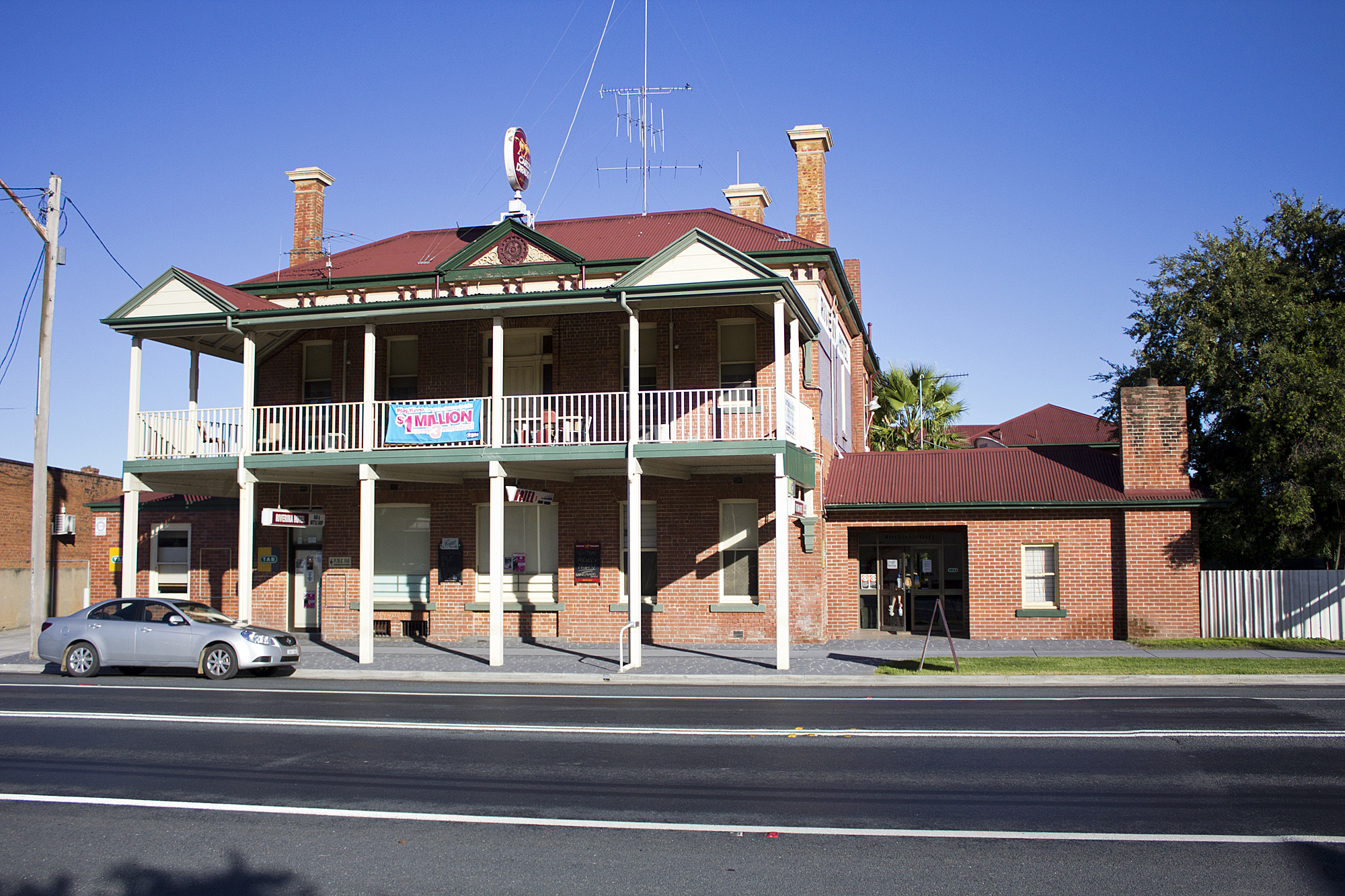 File Riverina Hotel Located On The Hume Highway In Holbrook 1 Jpg
