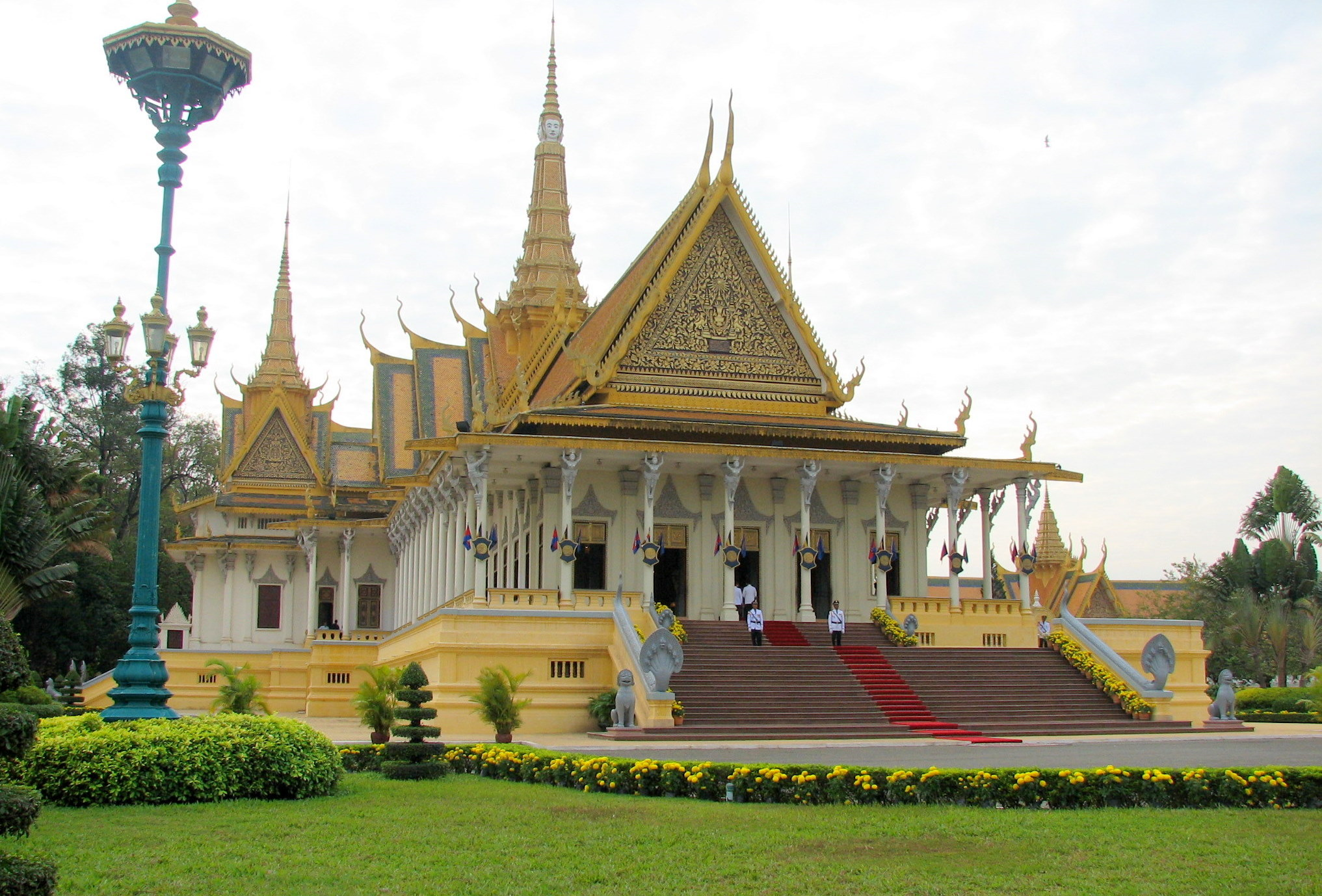 File royal palace phnom penh cambodia wikimedia for Architecture khmer