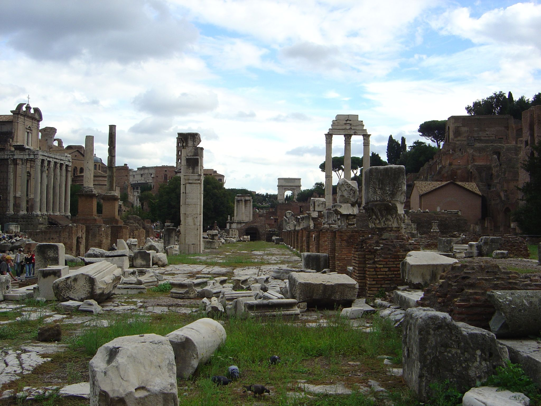 https://upload.wikimedia.org/wikipedia/commons/b/b1/Ruins_of_Roman_Forum.jpg