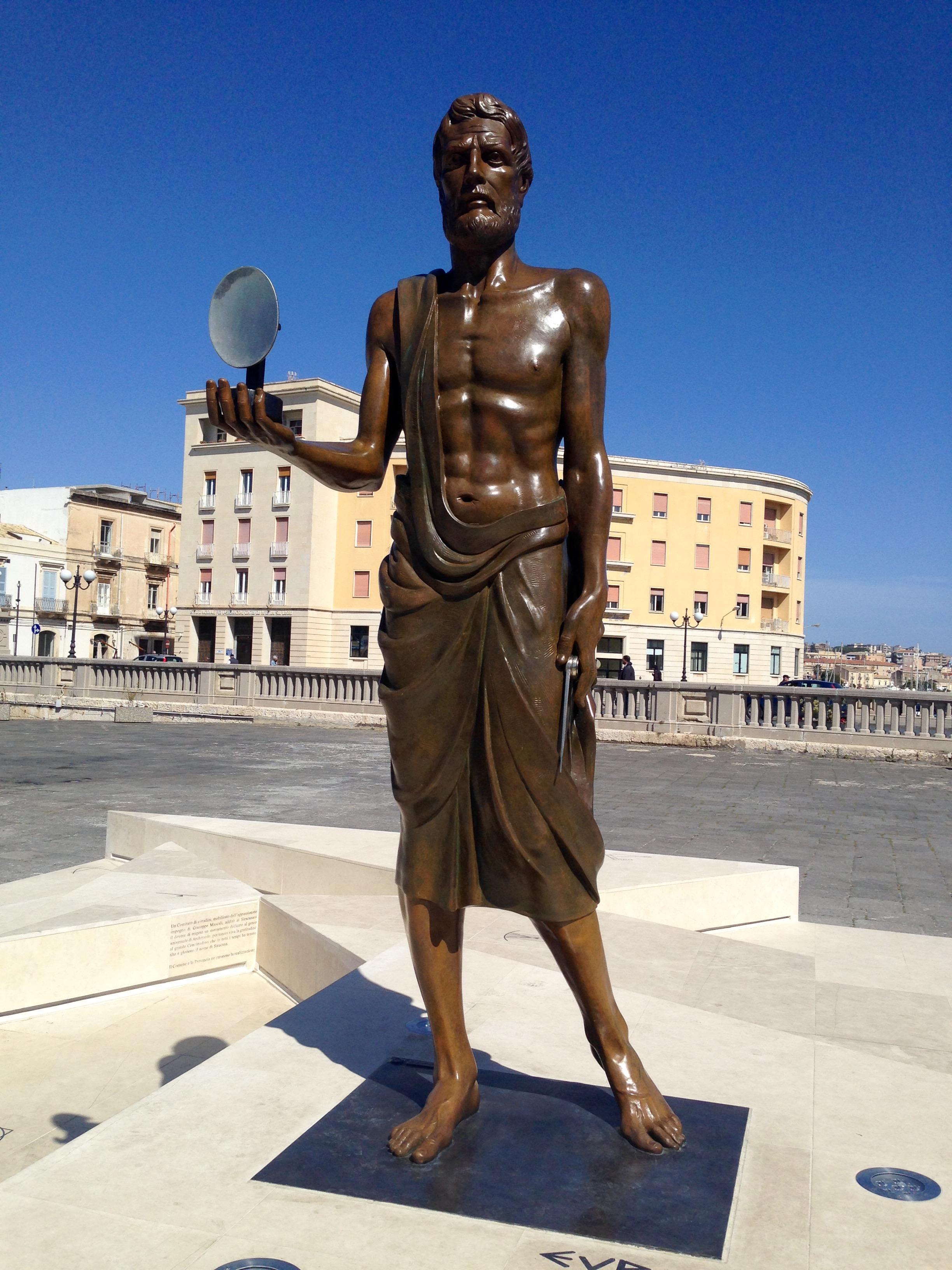 Risultati immagini per statua archimede siracusa